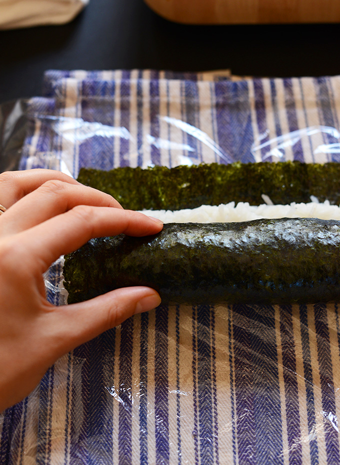 Showing how to make sushi without a mat