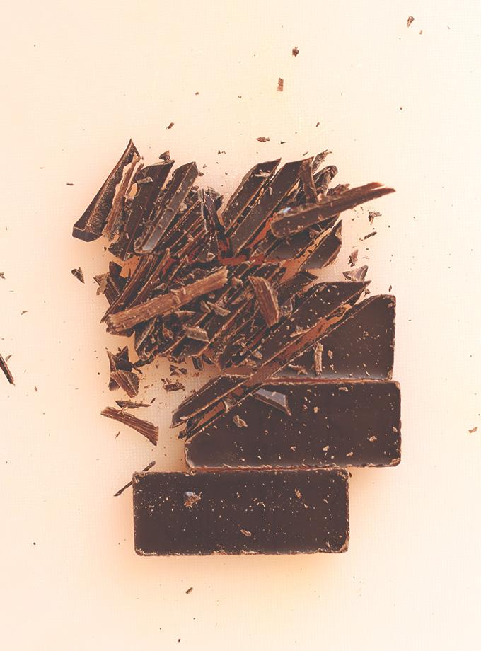 Barra de chocolate negro picado para hacer nuestra receta de leche de chocolate y almendras