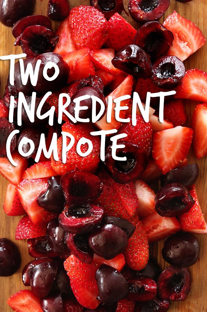 Tabla de cortar con cerezas frescas y frambuesas para hacer nuestra receta casera de compota de frutas