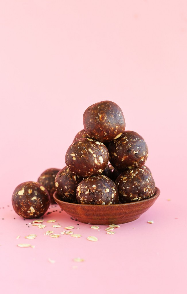 EASY 5 Ingredient Peanut Butter Cup Chia Seed Energy Bites! #vegan #glutenfree #chocolate
