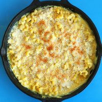 Cast-iron skillet filled with Vegan Garlic Mac n Cheese