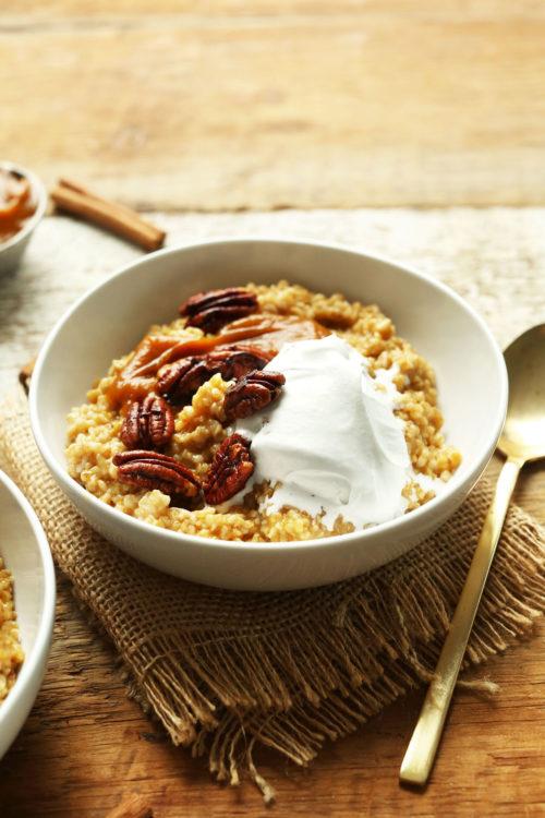 Bowl of Pumpkin Pie Oats for a gluten-free vegan fall breakfast