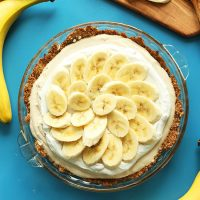 Vegan GF Banana Cream Pie topped with freshly sliced bananas