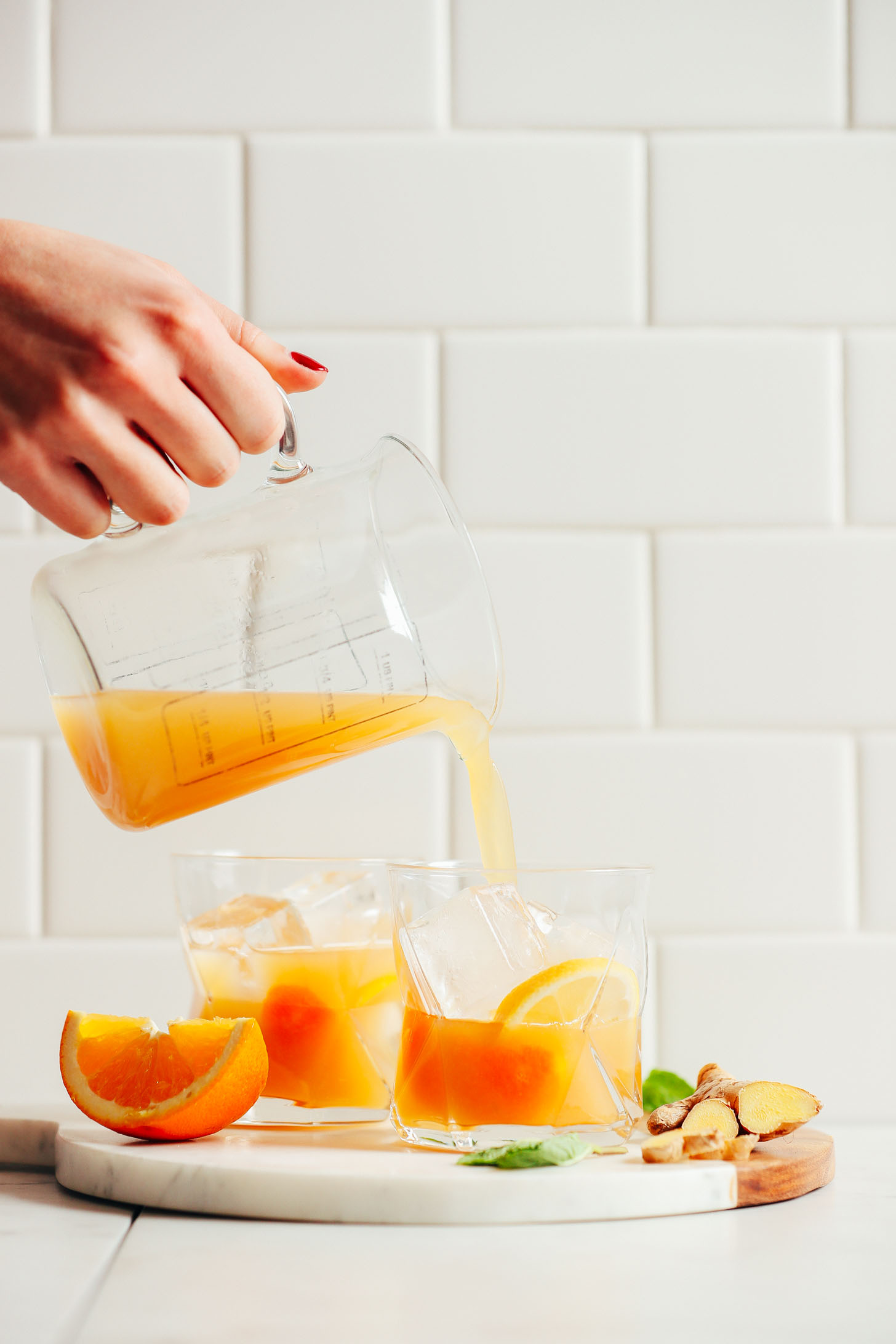 AMAZING Orange Whiskey Ginger with Mint! A 6-ingredient, refreshing, naturally sweetened cocktail perfect for NYE and beyond! #NYE #cocktail #bourbon #ginger #orange #mint #minimalistbaker #recipe