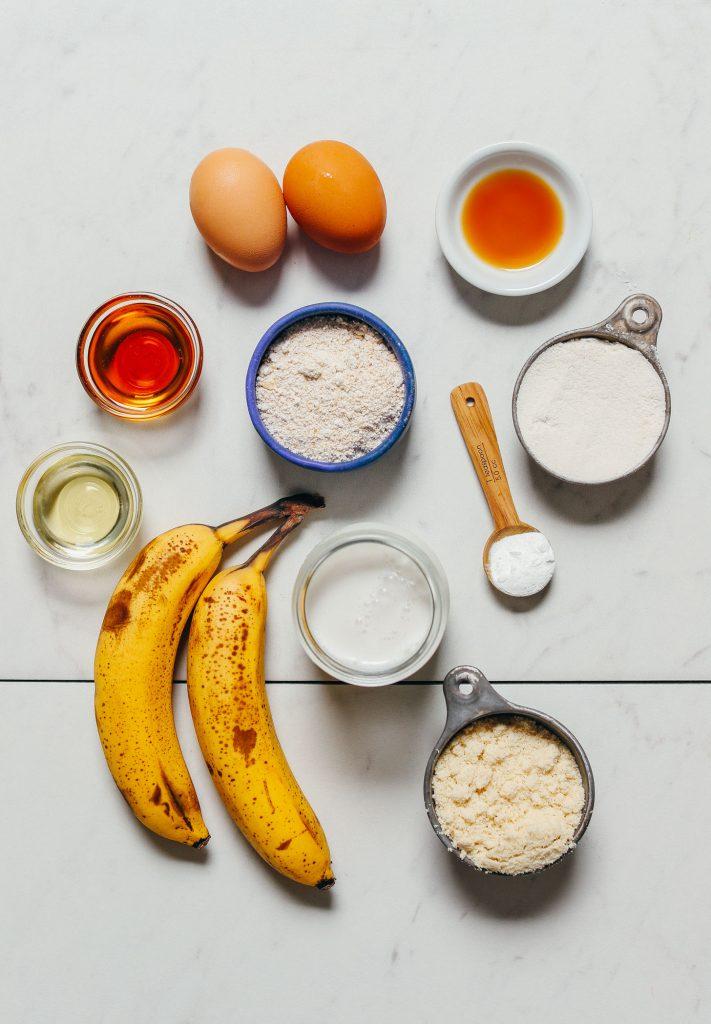 Plátanos, harina de almendras y otros ingredientes para hacer nuestra receta fácil de panqueques de plátano