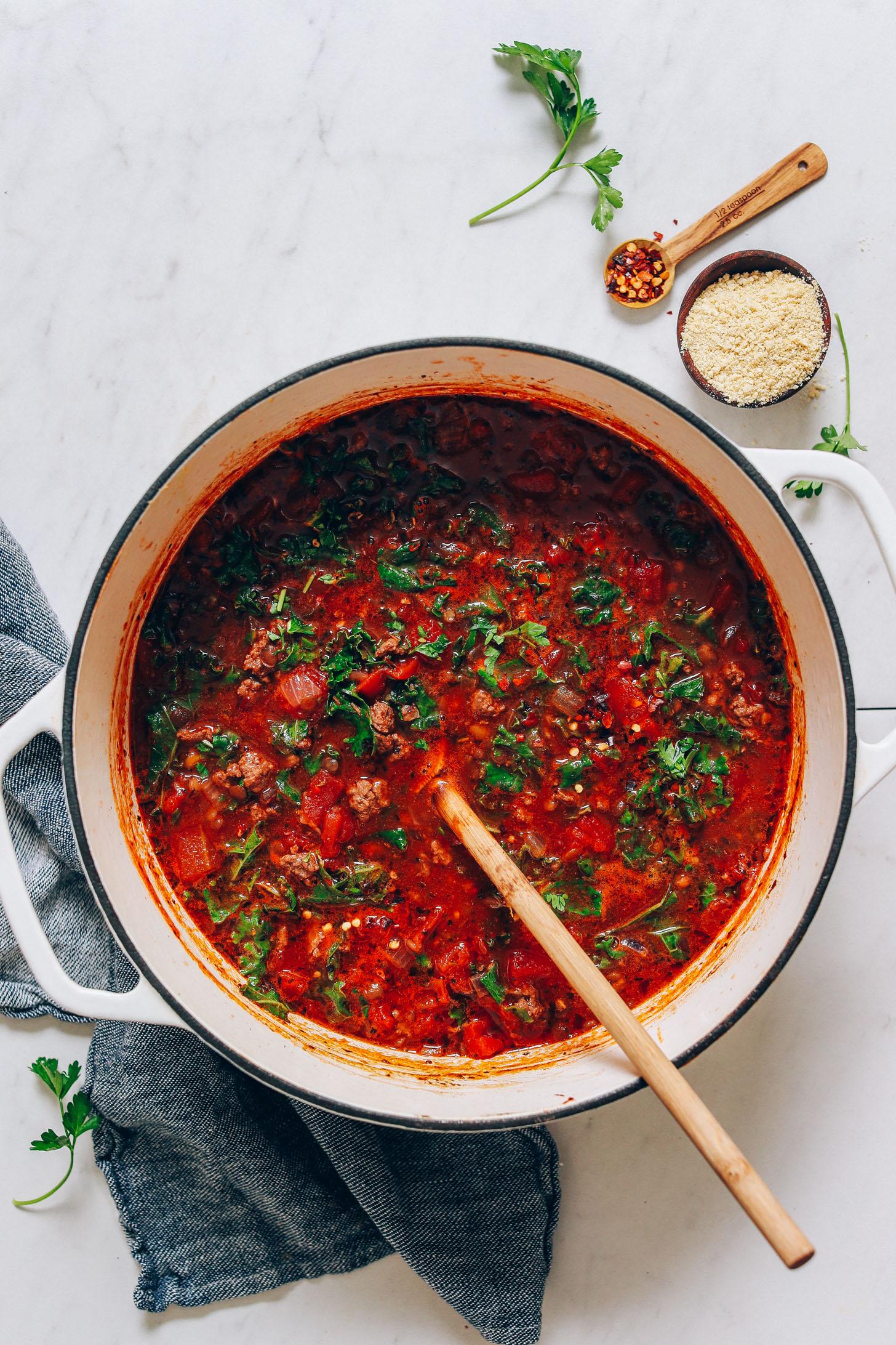 Gran olla de carne tostada y sopa de lentejas al estilo de perejil fresco, hojuelas de pimiento rojo y anacardo y parmesano.