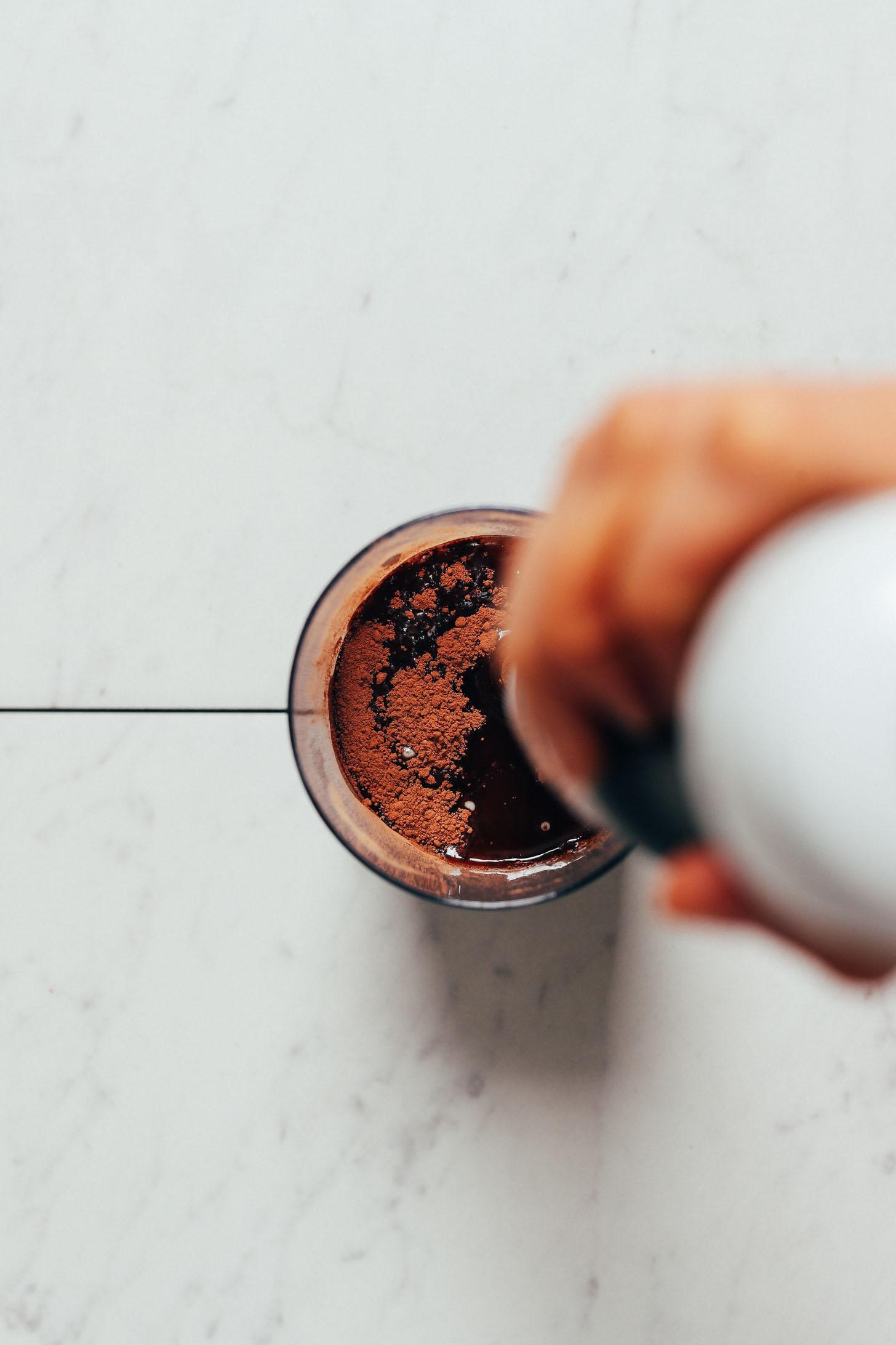 Verwenden Sie einen Stabmixer, um unser Rezept für Easy Vegan Milk Chocolate zu mixen