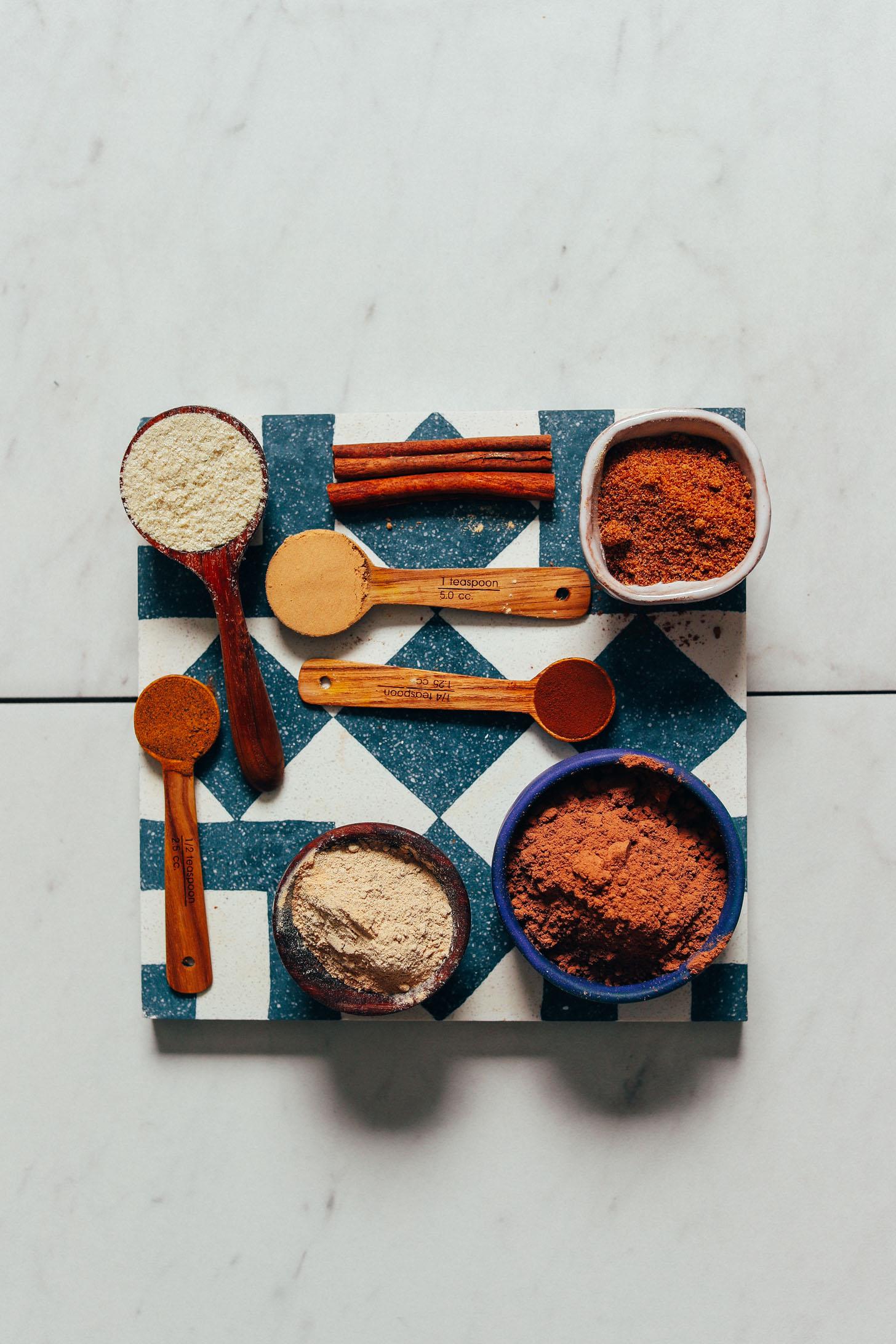 Cacao en polvo, maca, tocos y otros superalimentos para preparar nuestra receta de mezcla de chocolate caliente adaptógena