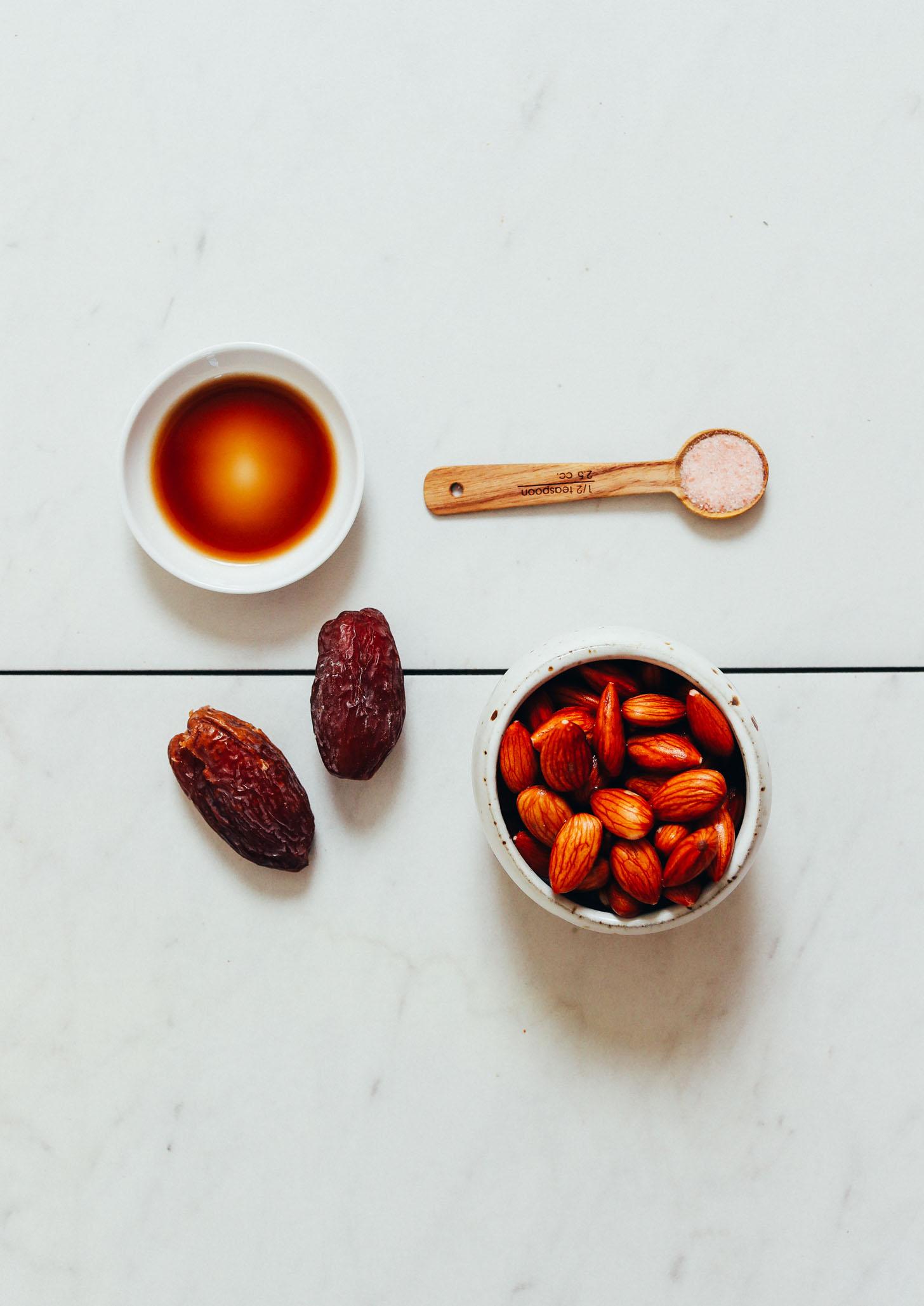 Almendras, dátiles, vainilla y sal para hacer nuestra receta de crema de café sin lácteos