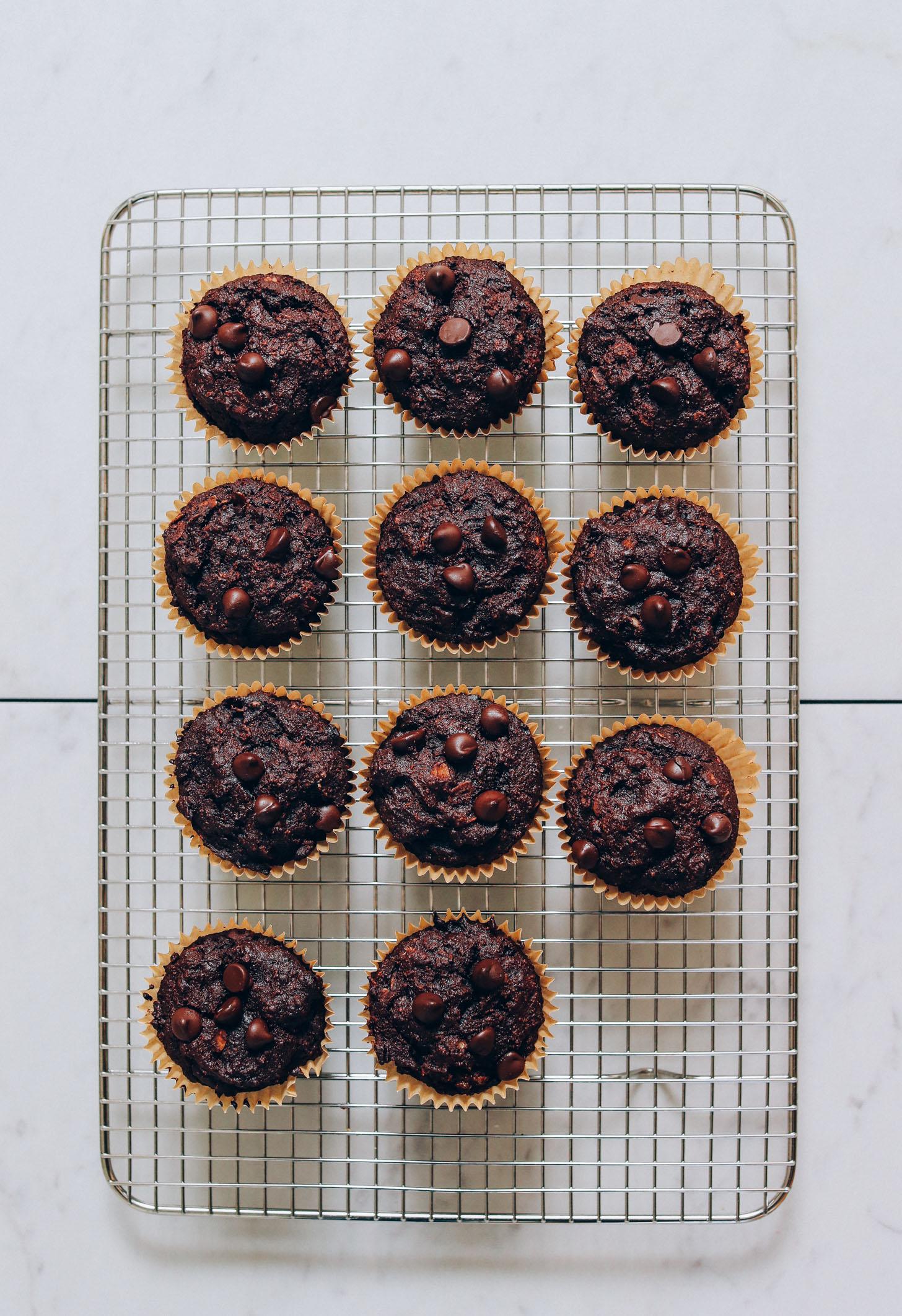 Parrilla de enfriamiento con un lote de nuestra receta de muffins de chocolate y plátano Fudgy