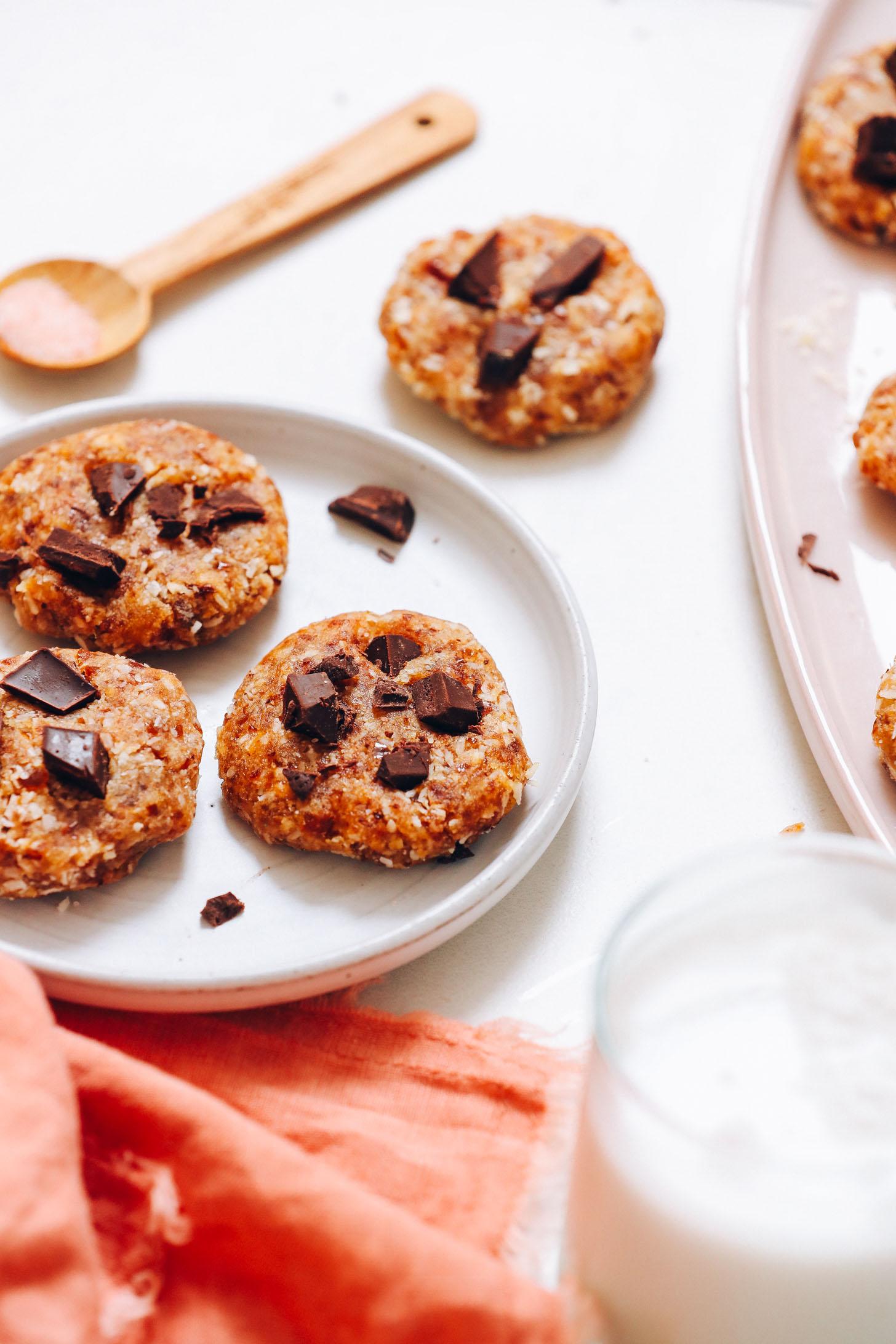 Assiette et plateau de biscuits sans gluten sans cuisson à côté d'un verre de lait sans produits laitiers
