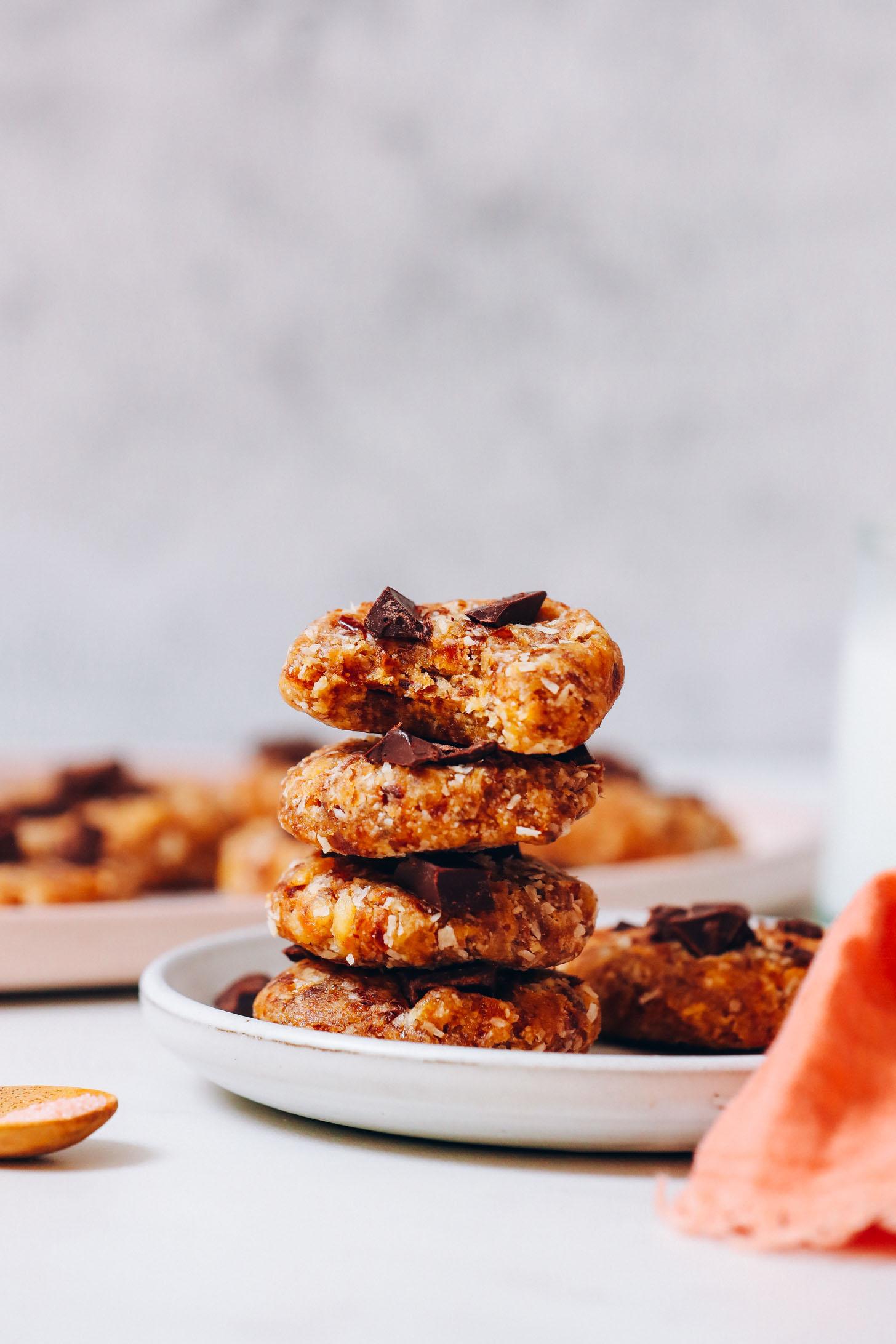 Pile de biscuits sans cuisson parsemés de morceaux de chocolat