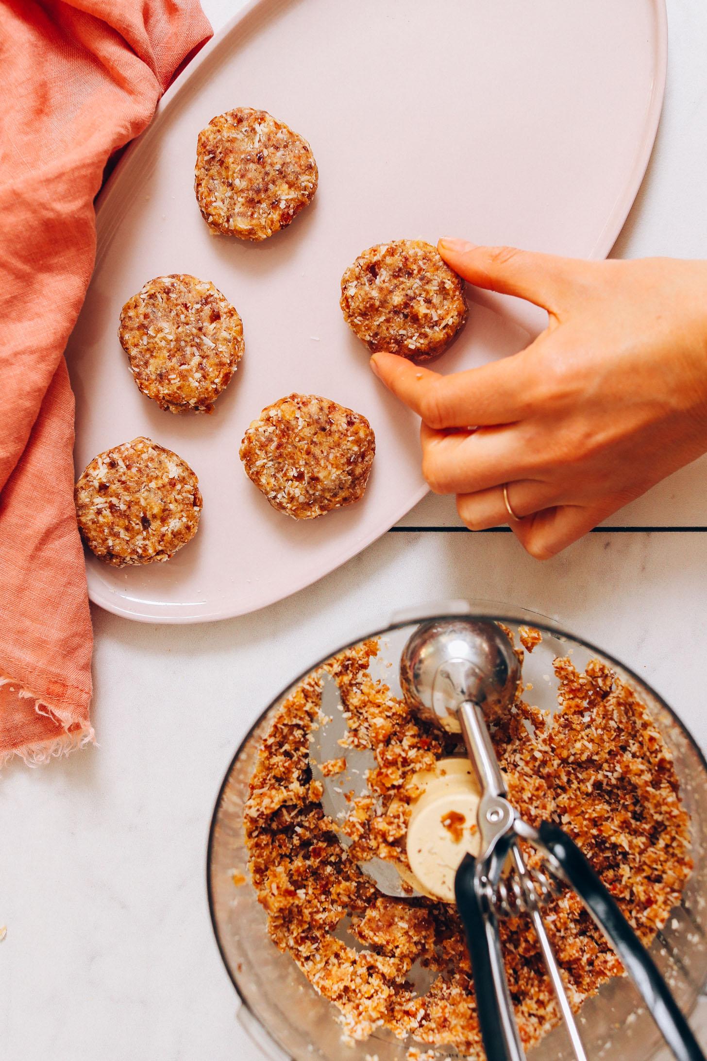 Placer la pâte à biscuits du robot culinaire sur un plat
