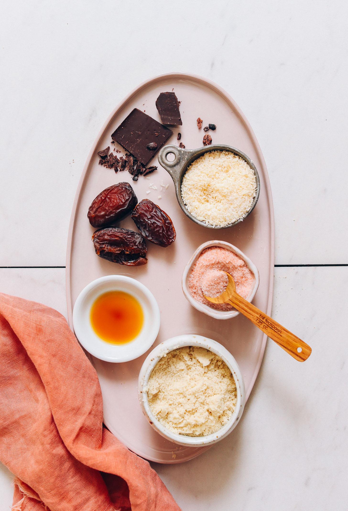 Plateau de chocolat noir, dattes, noix de coco, vanille, sel et farine d'amande