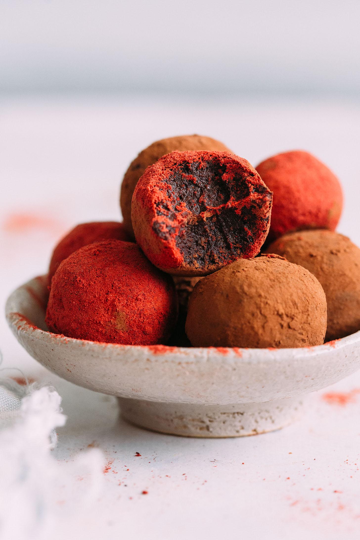 Cierre plano de un tazón de bolas de pastel de terciopelo rojo sin hornear