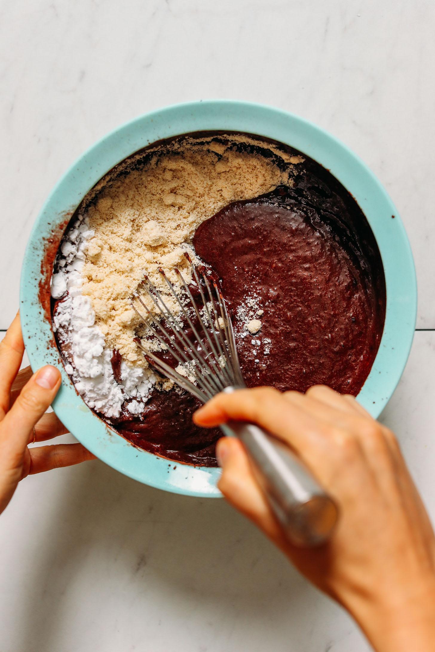 Batir ingredientes secos en ingredientes húmedos con un batidor