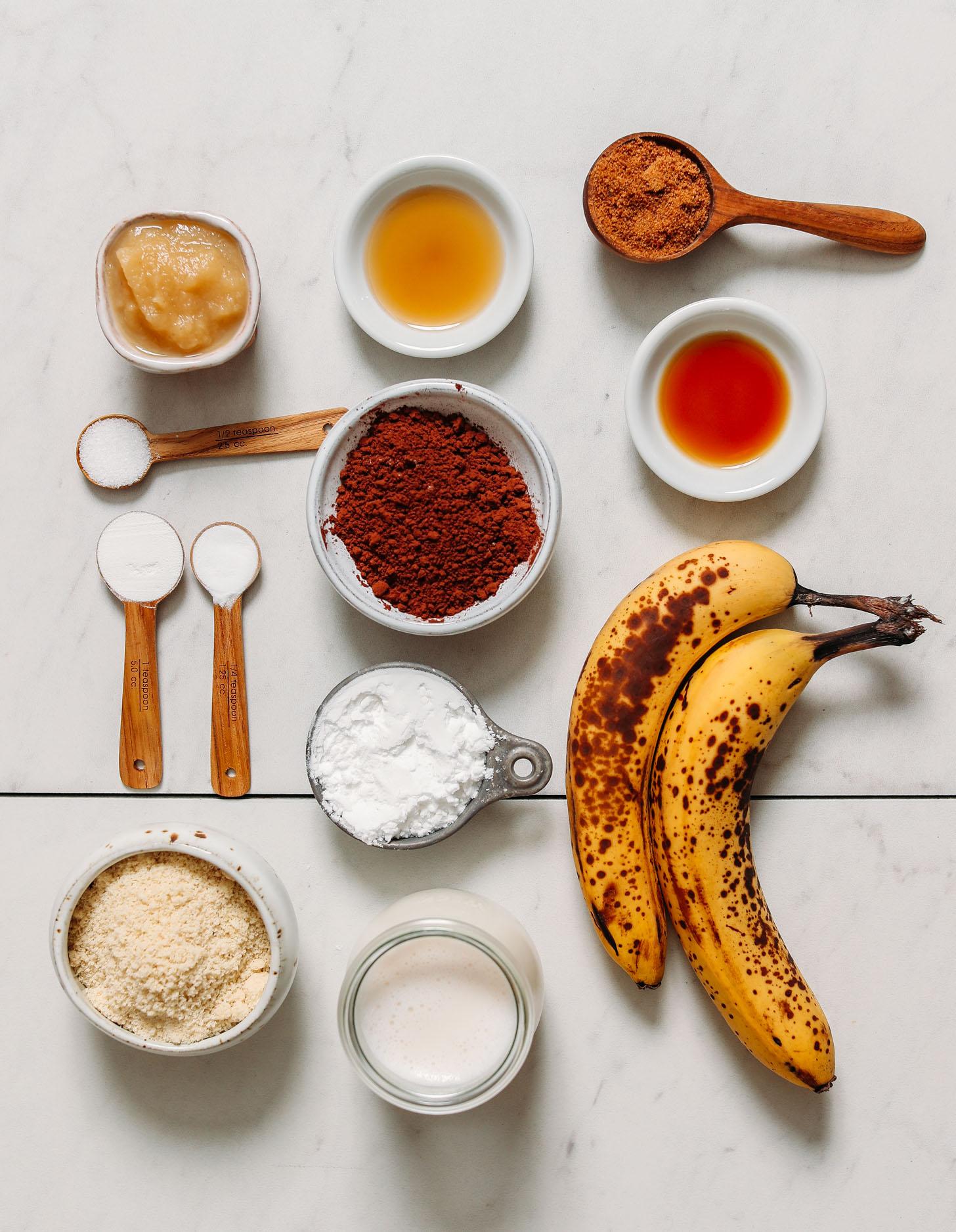 Compote de pommes, sirop d'érable, sucre de coco, poudre de cacao, bananes, farines sans gluten, bicarbonate de soude, levure chimique, sel et lait sans produits laitiers