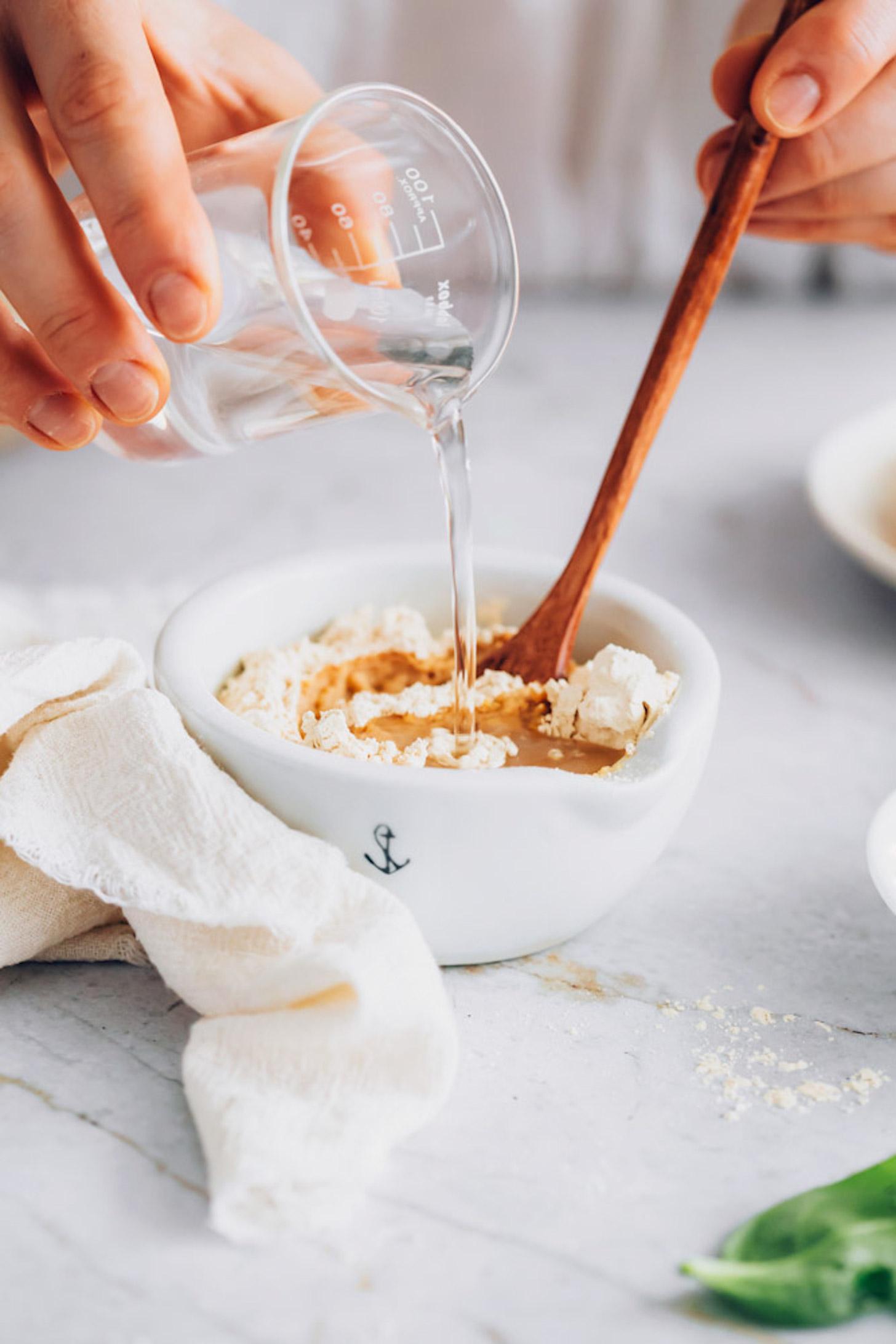 Mélanger la farine de pois chiche et l'eau dans un bol