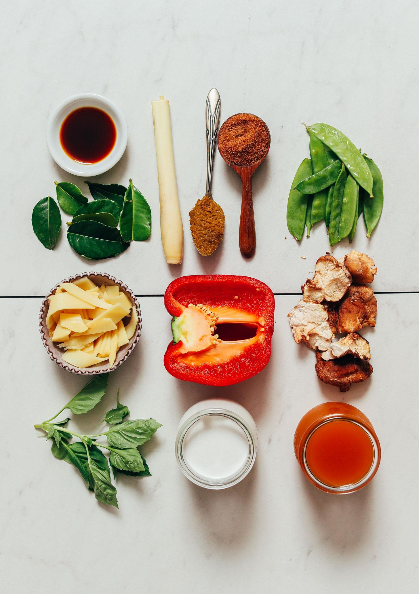 Aminos de noix de coco, feuilles de lime kaffir, citronnelle, pâte de curry vert, sucre de coco, pois mange-tout, champignons, bouillon de légumes, poivron, basilic et pousses de bambou