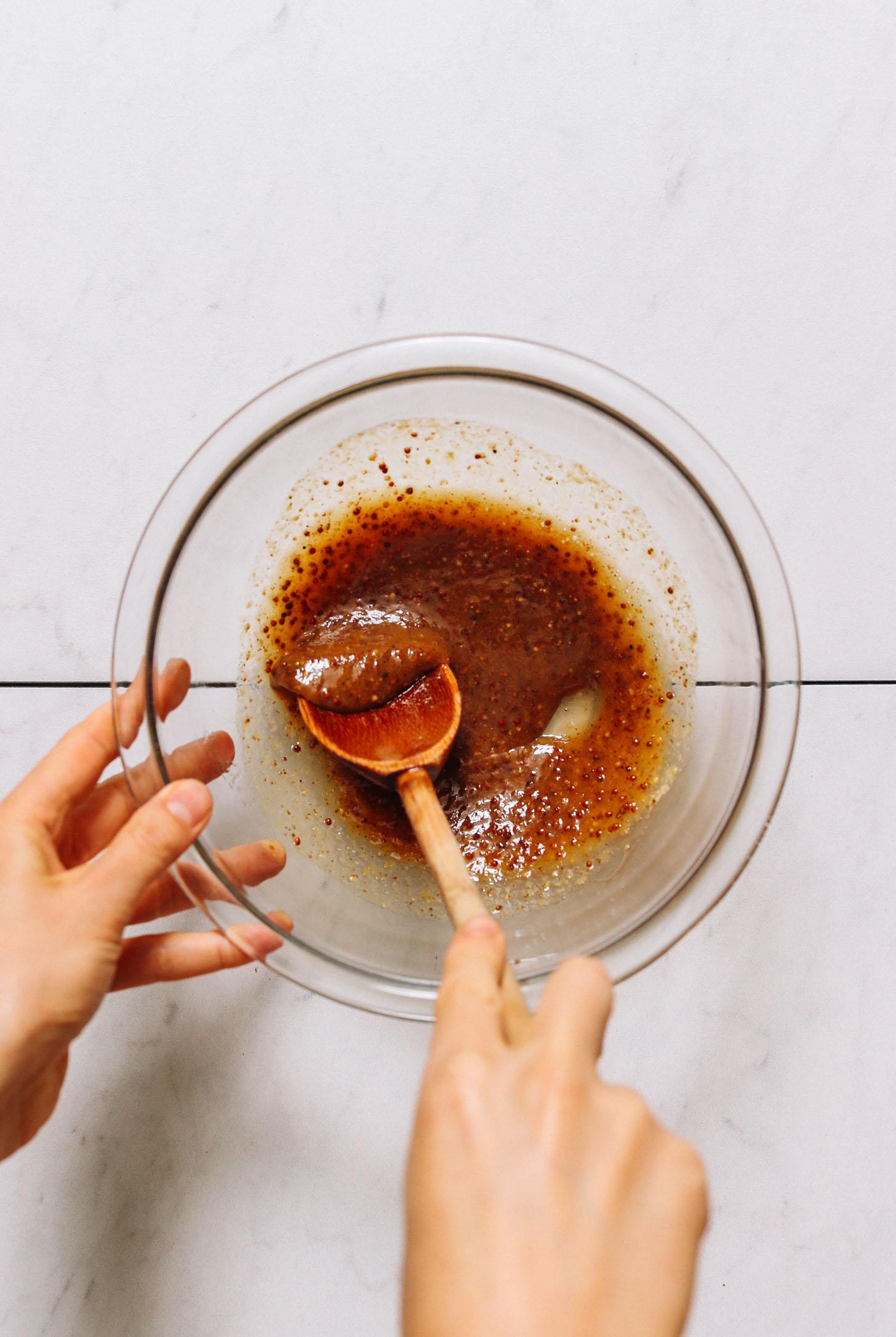 Mexendo uma marinada de mostarda com mel