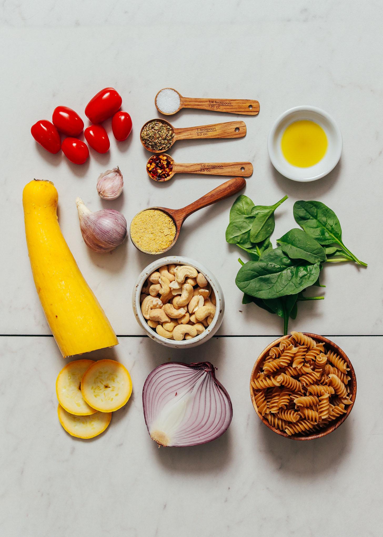Tomate cereja, abóbora amarela, castanha de caju, cebola roxa, fermento nutricional, ervas, sal marinho, alho, azeite, espinafre e fusili sem glúten