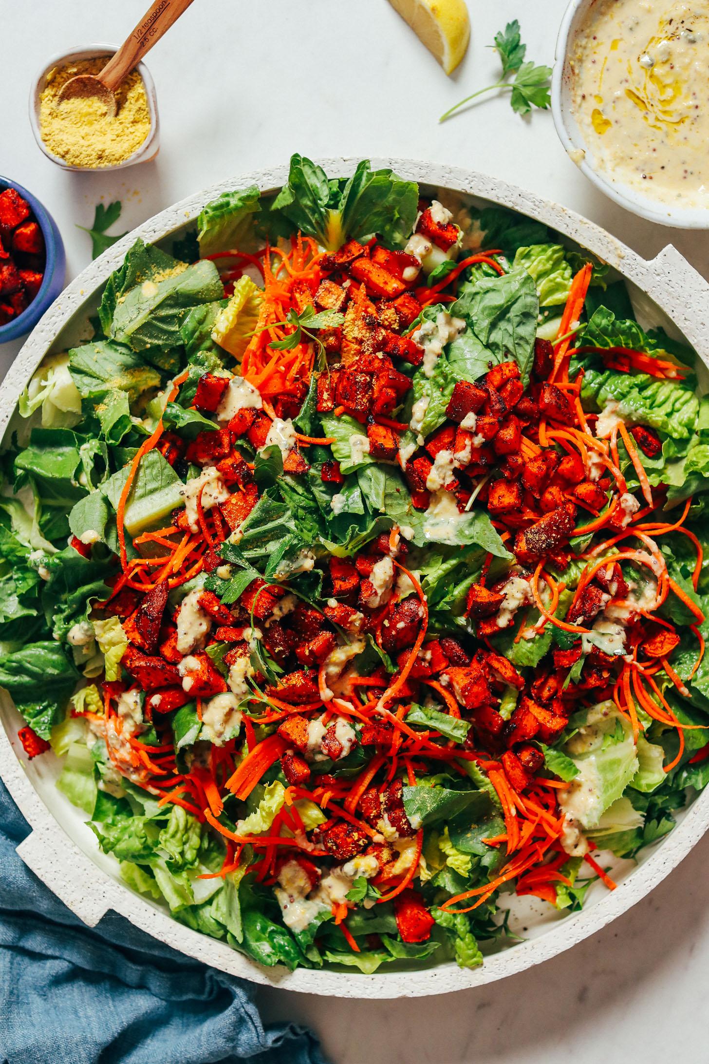 Prato grande de Salada Caesar Vegan coberta com Croutons de Batata Doce