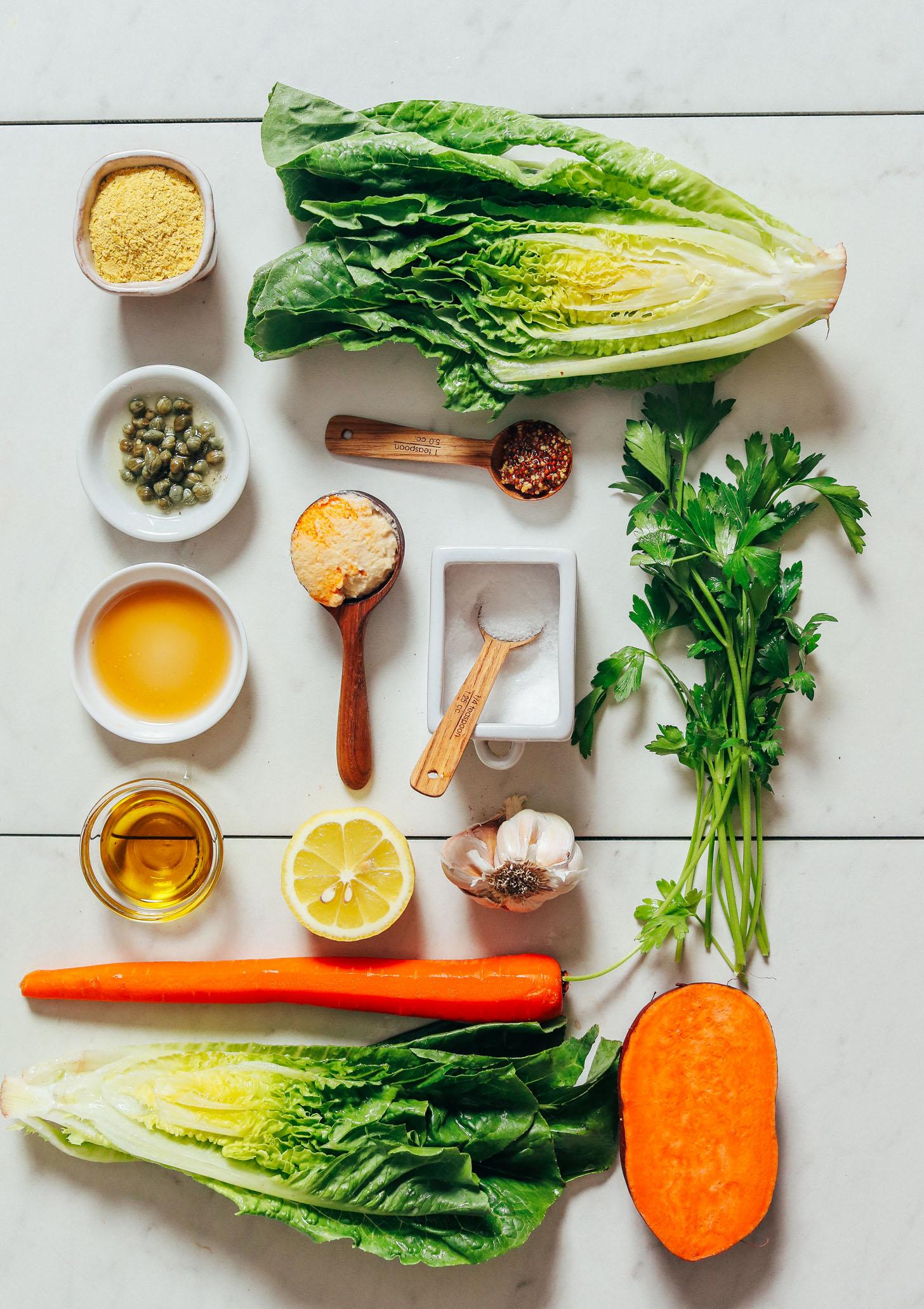 Romaine, fermento nutricional, alcaparras, cenouras, batata-doce, alho, homus, limão, azeite e temperos