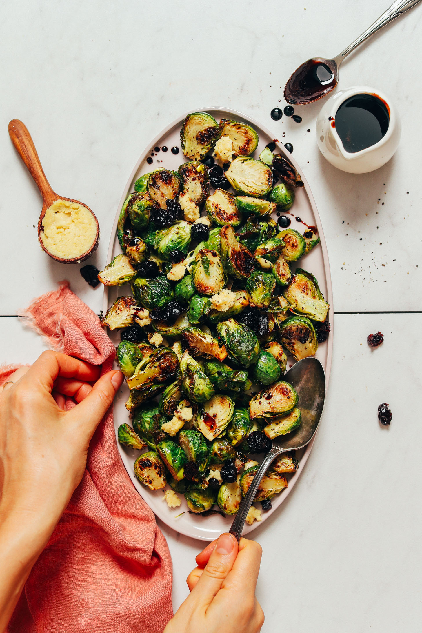 Assiette de choux de Bruxelles rôtis croustillants avec cerises séchées, réduction balsamique et fromage végétalien