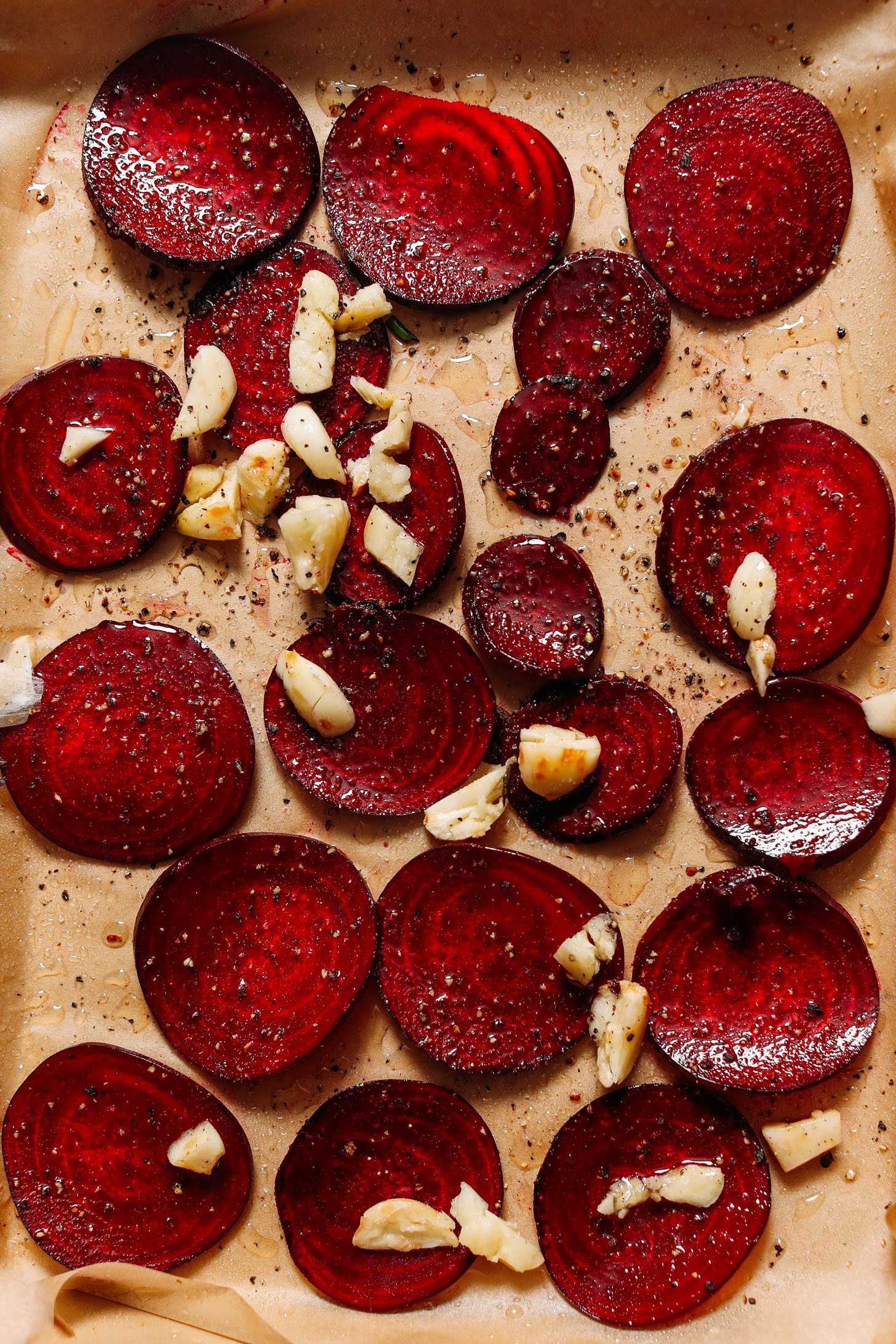 Baking sheet of sliced ​​beets and roasting garlic