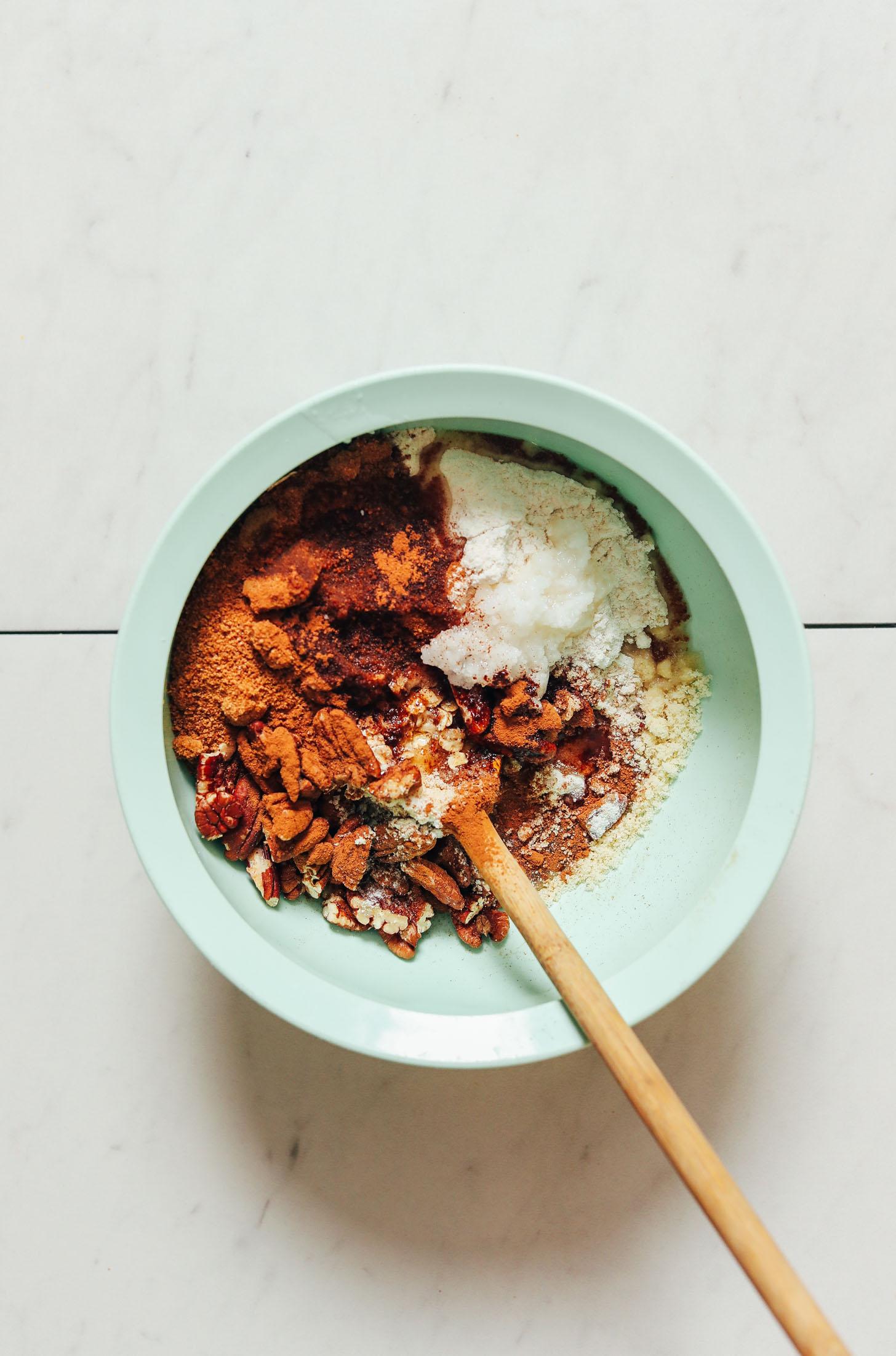 Bol d'avoine sans gluten, farine d'amande, pacanes, sucre de coco, cannelle, sel de mer et sirop d'érable