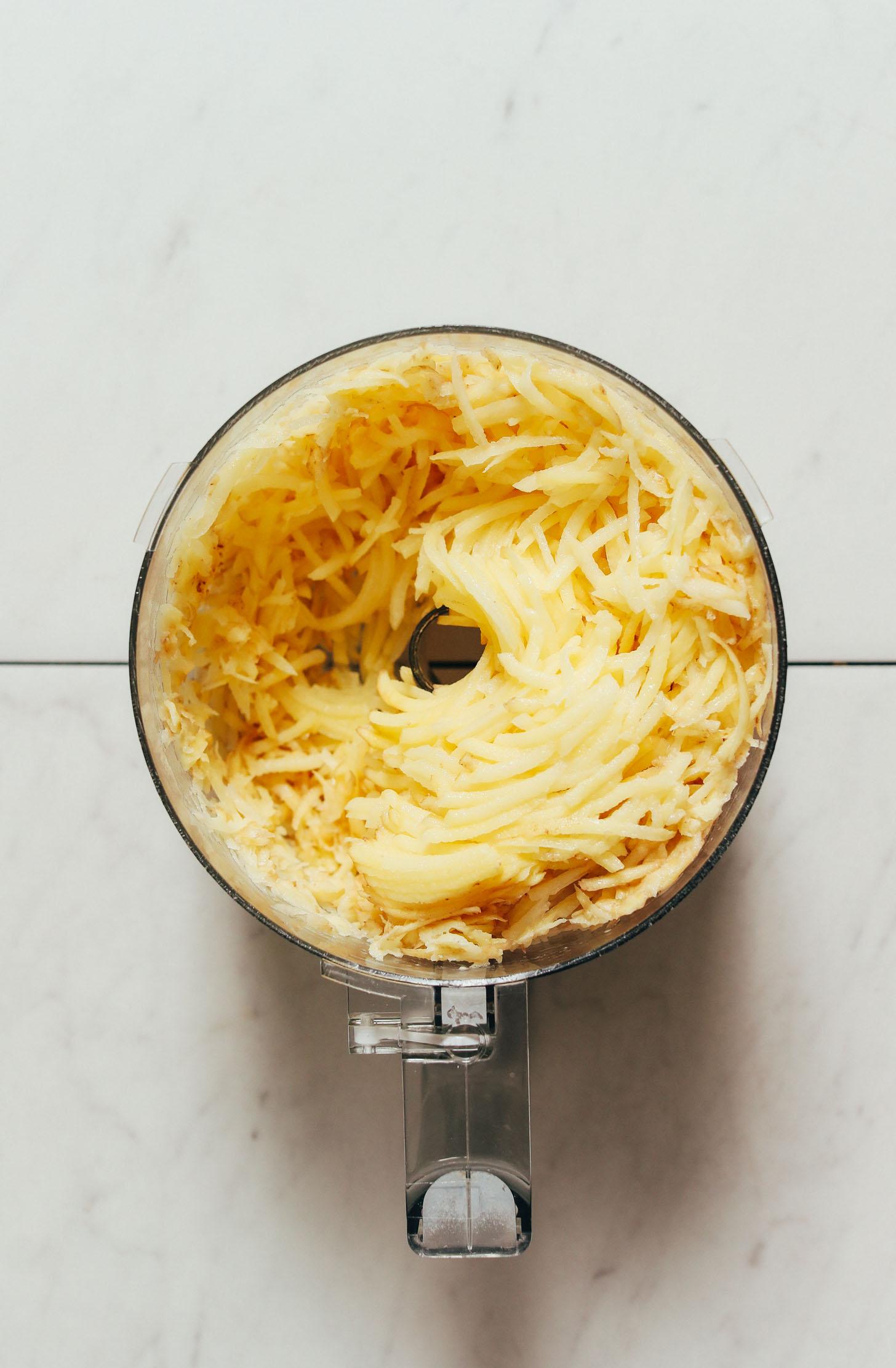Batatas desfiadas em um processador de alimentos
