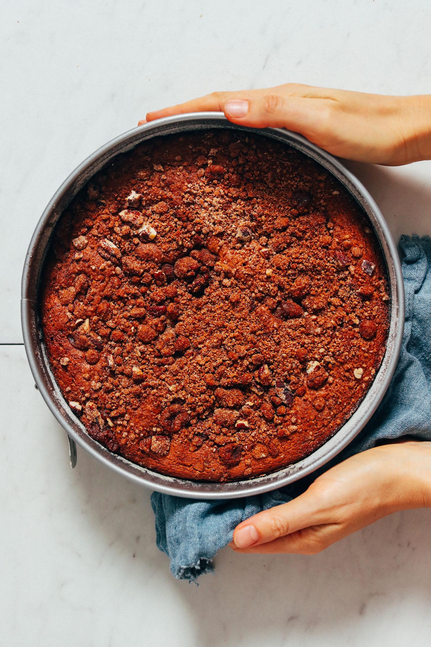 Segurando uma panela de bolo de café sem óleo vegan