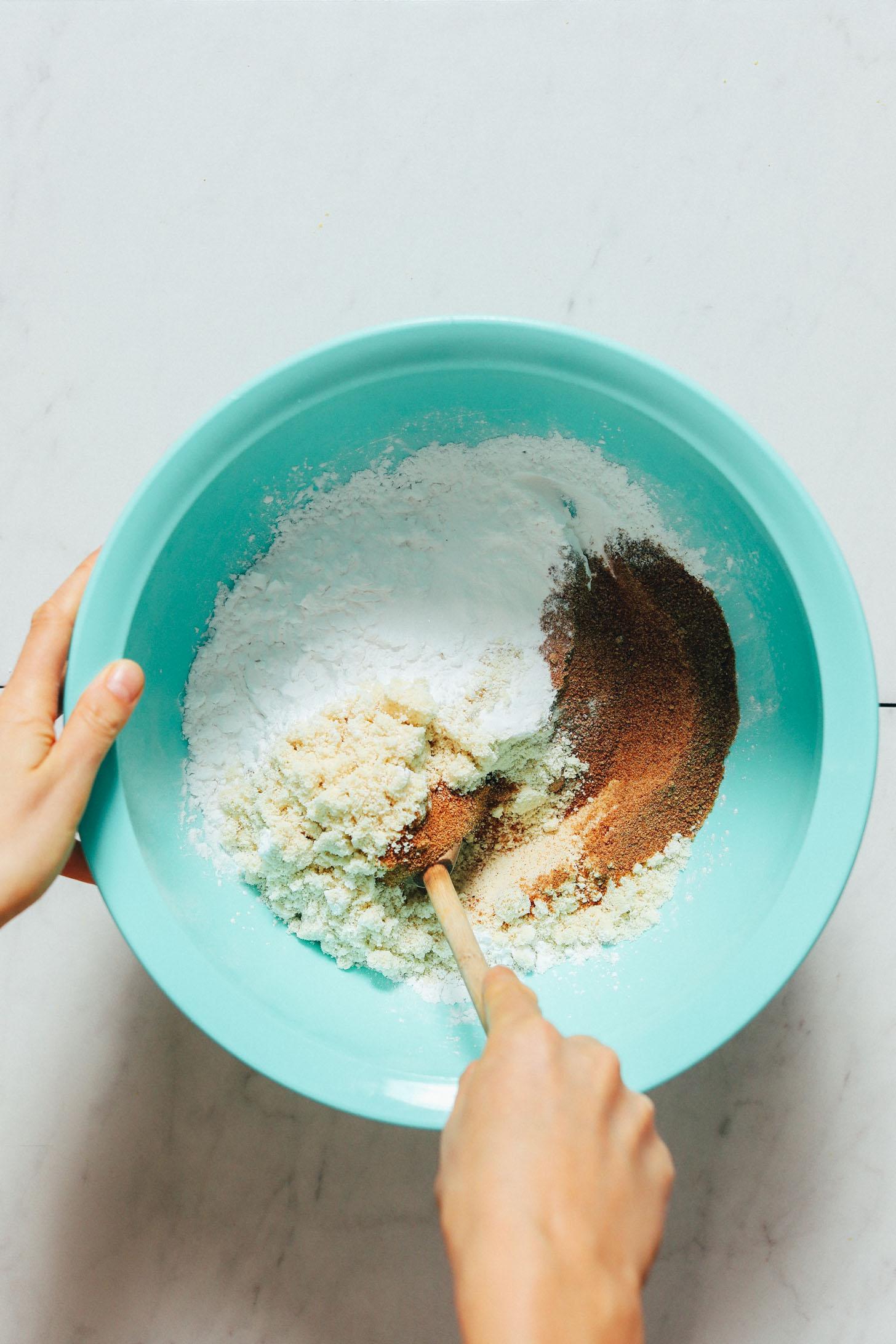 Mexendo os ingredientes secos em uma tigela