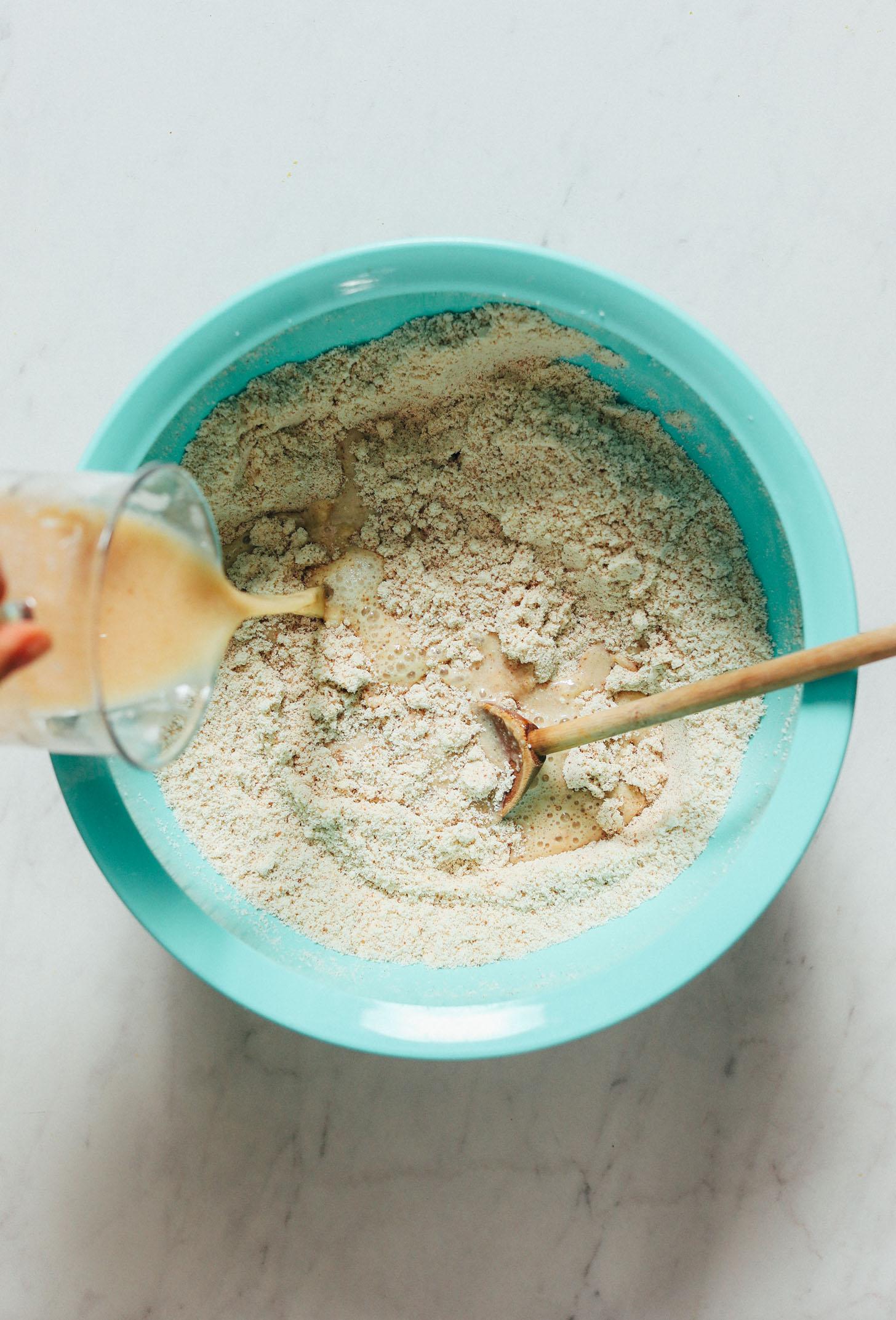 Derramar ingredientes úmidos em secos em uma tigela