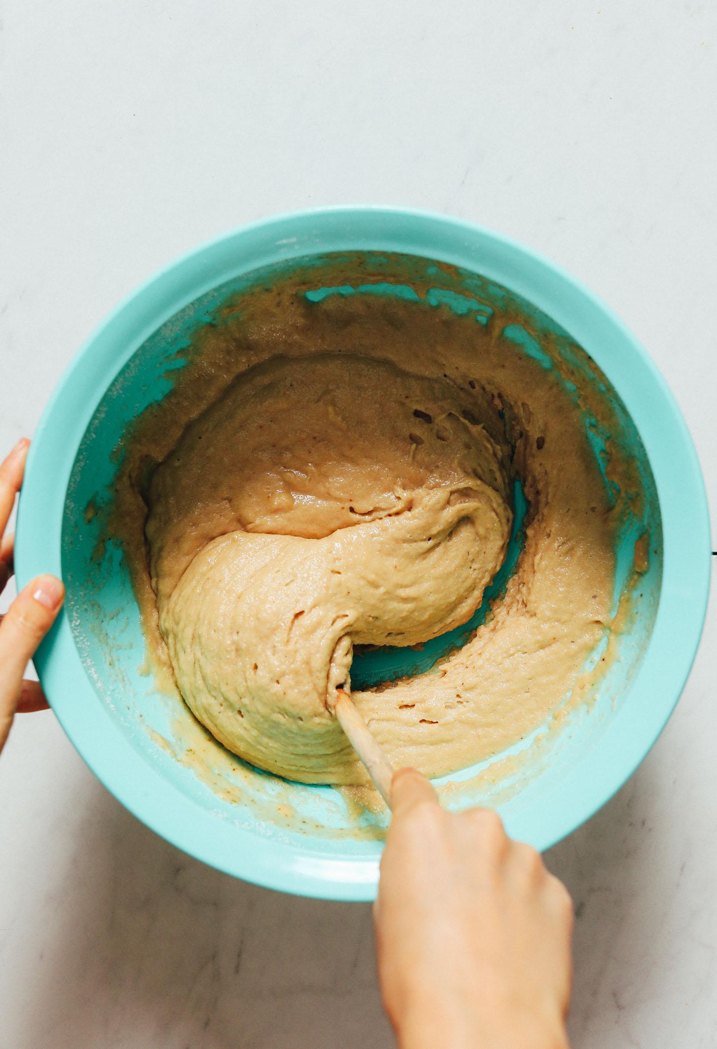 Tigela de massa de bolo de café vegano