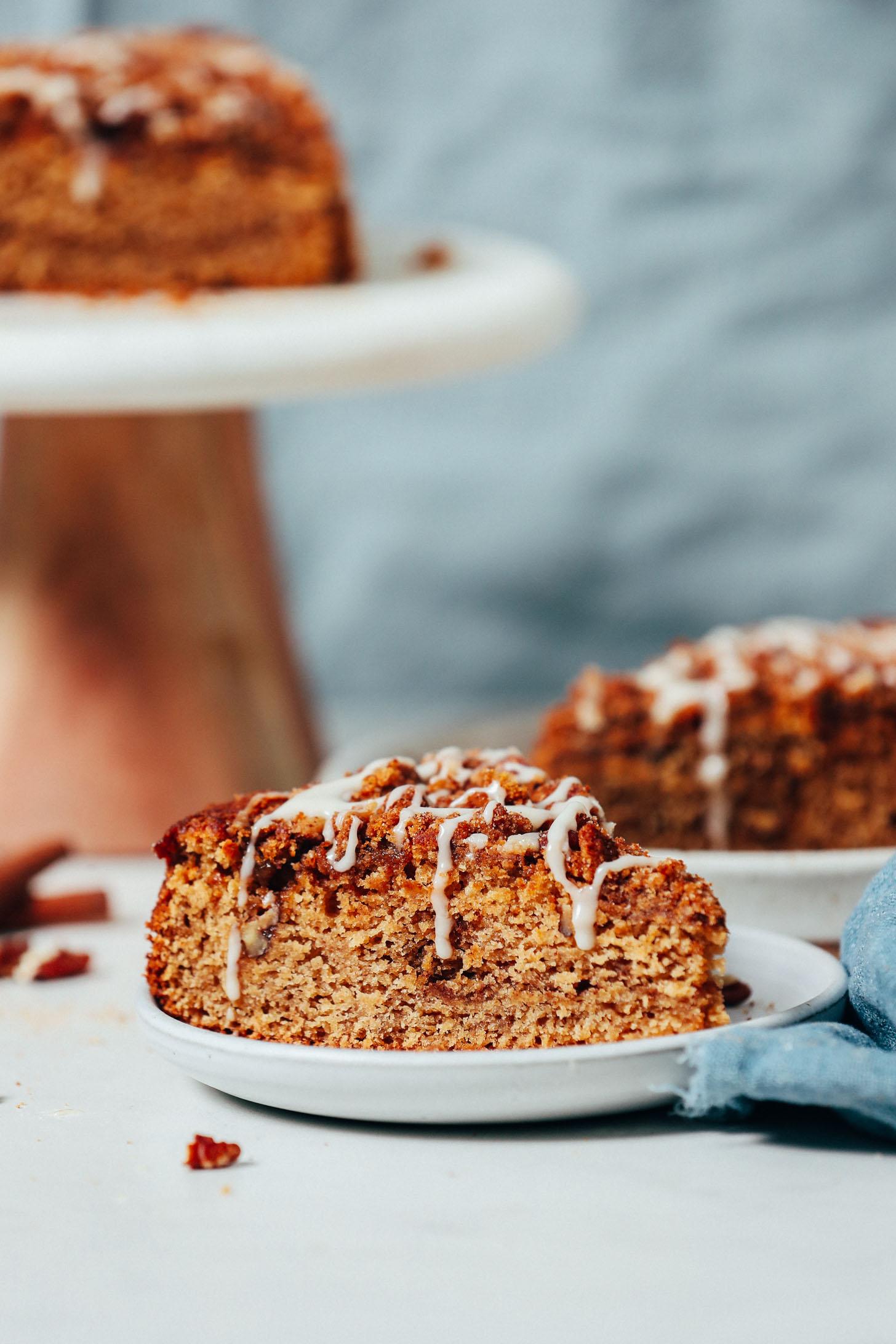 Tranches de gâteau au café végétalien sans gluten arrosées de glaçage