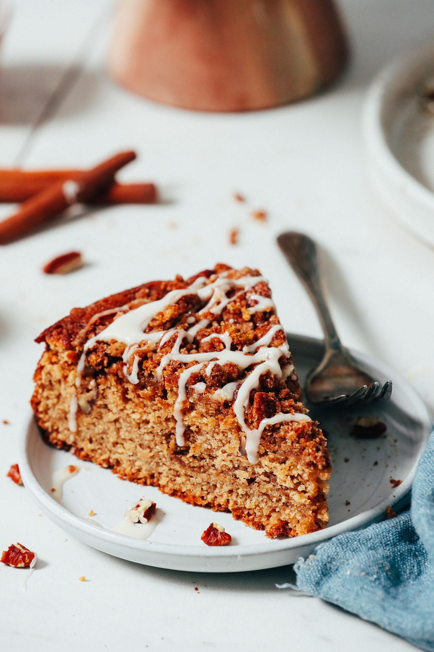 Fatia de bolo de café regada com cobertura de açúcar em pó