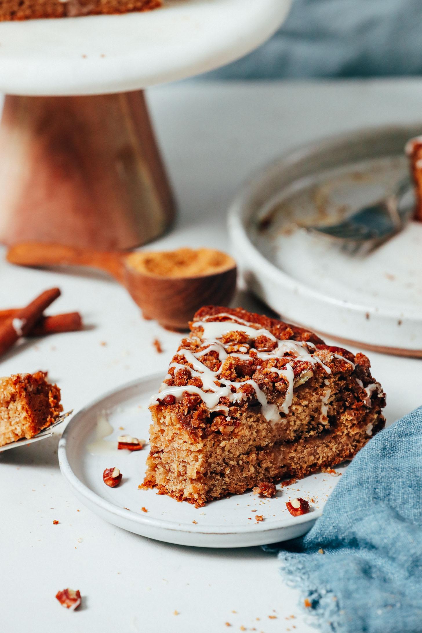 Close-up de um garfo e um prato de bolo de café vegan sem glúten