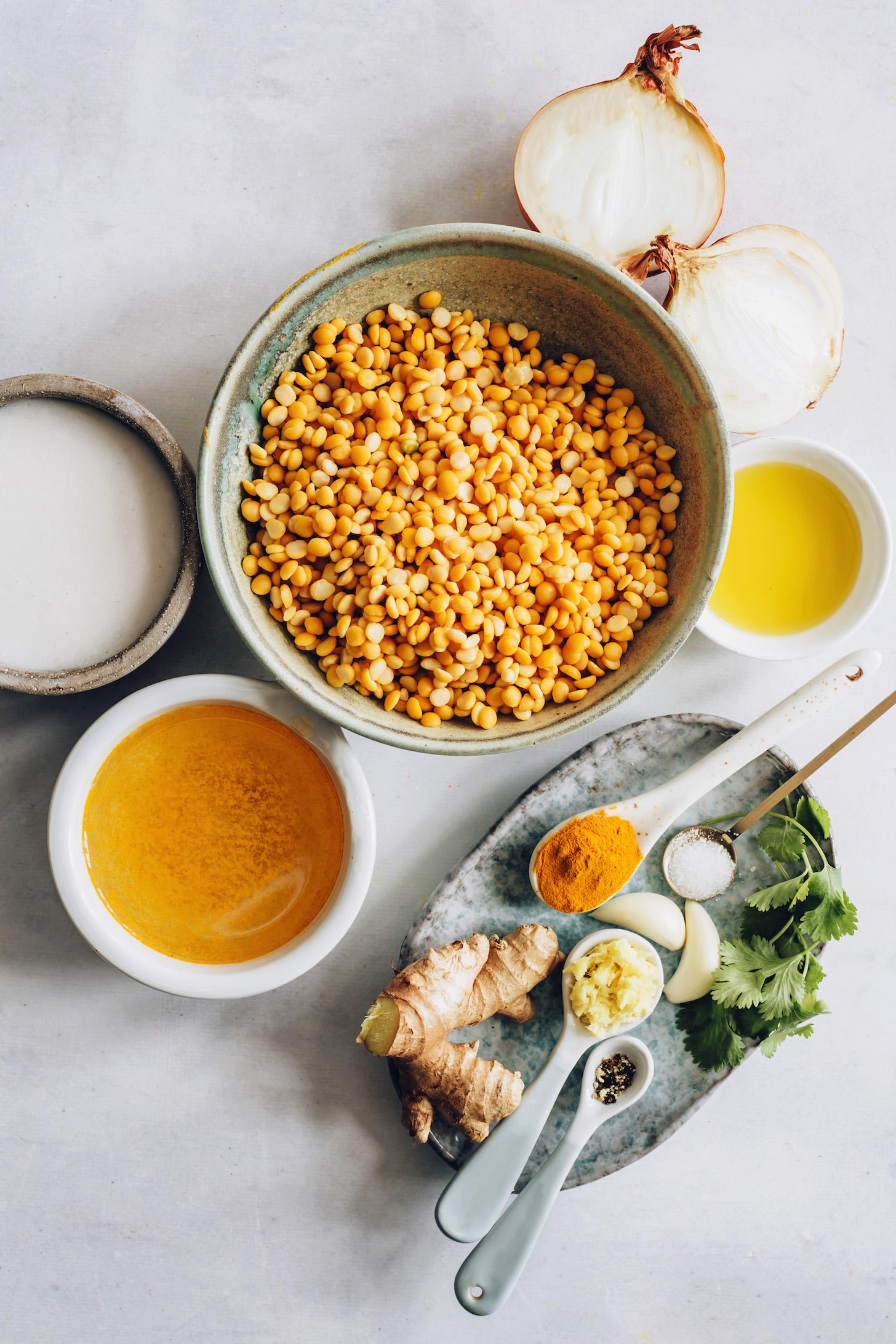 Cebolla, aceite de oliva, guisantes amarillos, ajo, jengibre, pimienta negra, cilantro, caldo de verduras y leche de coco