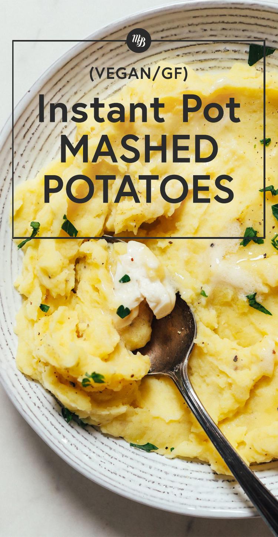Colher em uma tigela de purê de batatas feito na panela instantânea