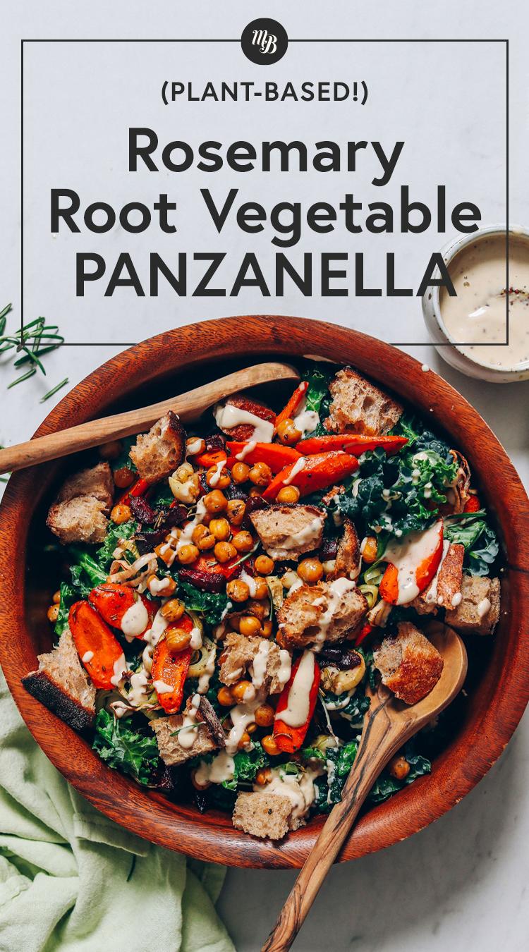 Cuenco de madera grande de Panzanella de verduras de raíz de romero
