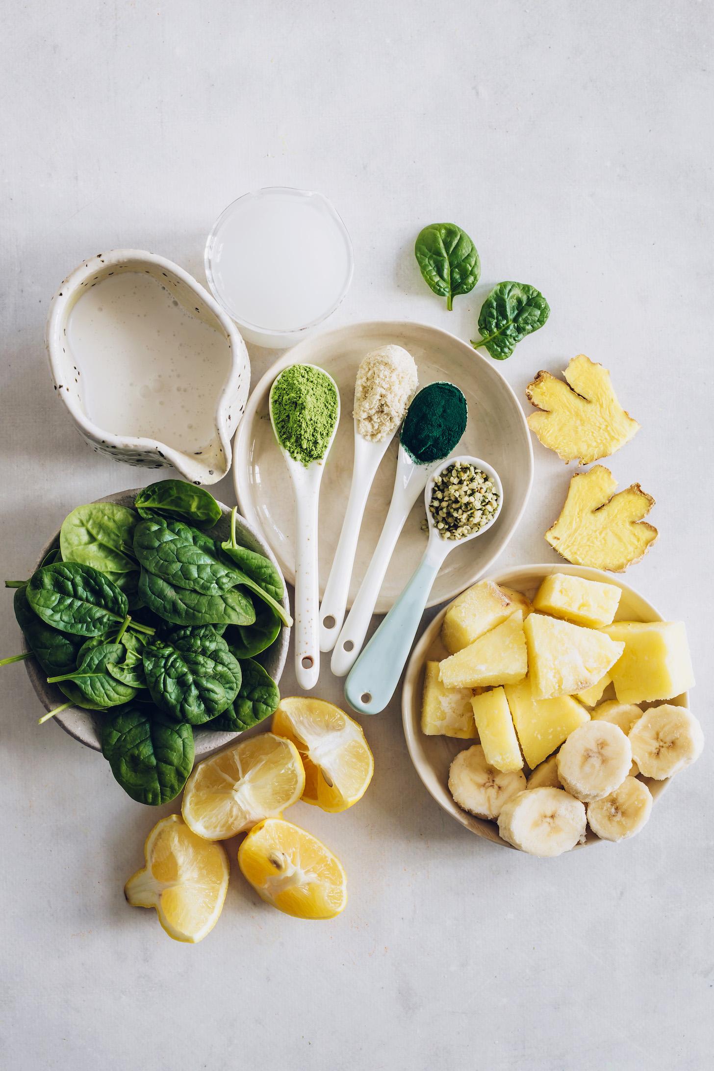 Espinafre bebê, limão, abacaxi, banana, gengibre, sementes de cânhamo, leite sem laticínios, água de coco, pó de baobá, moringa e espirulina