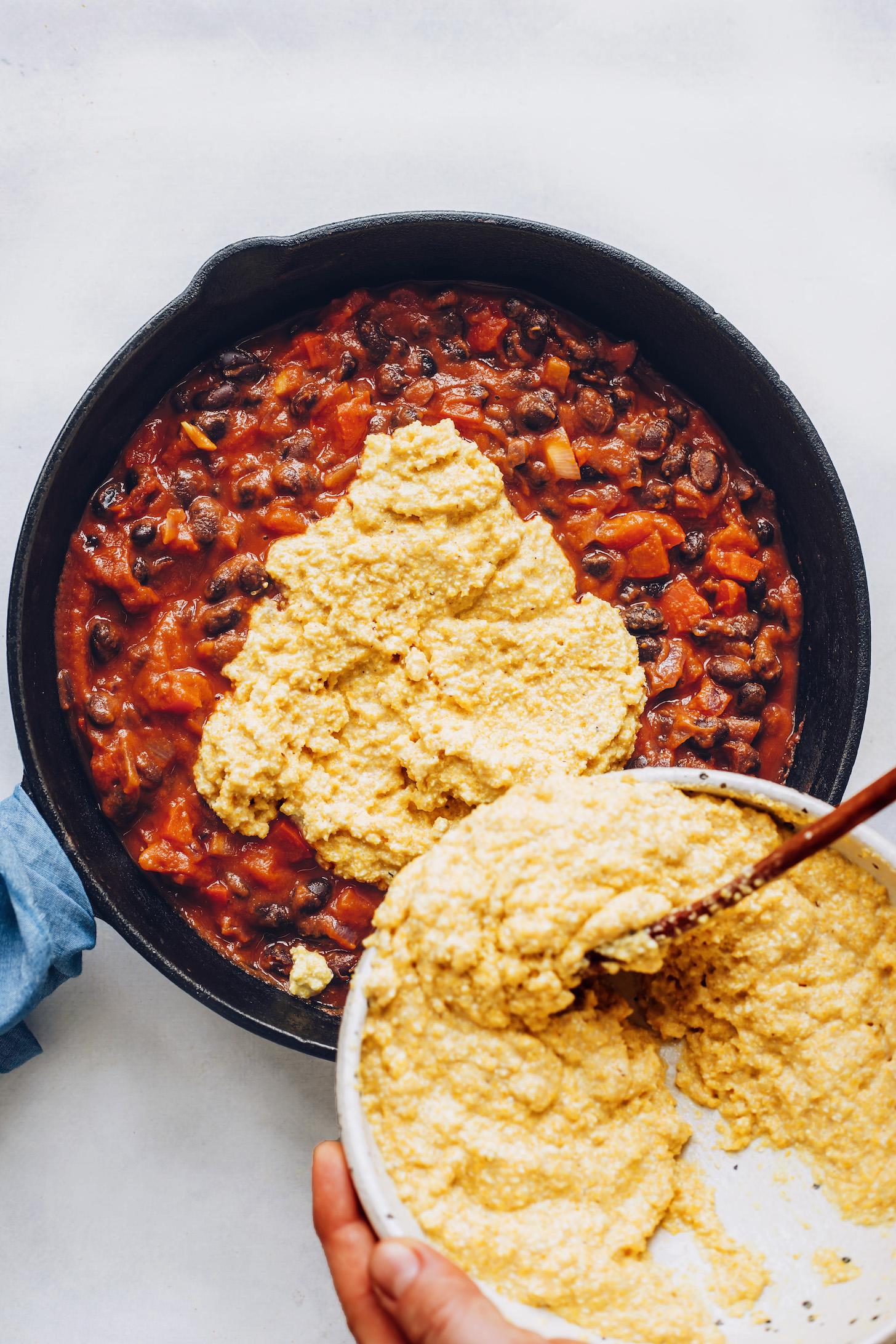Verter la capa de pan de maíz sobre una sartén de nuestro horneado de enchiladas