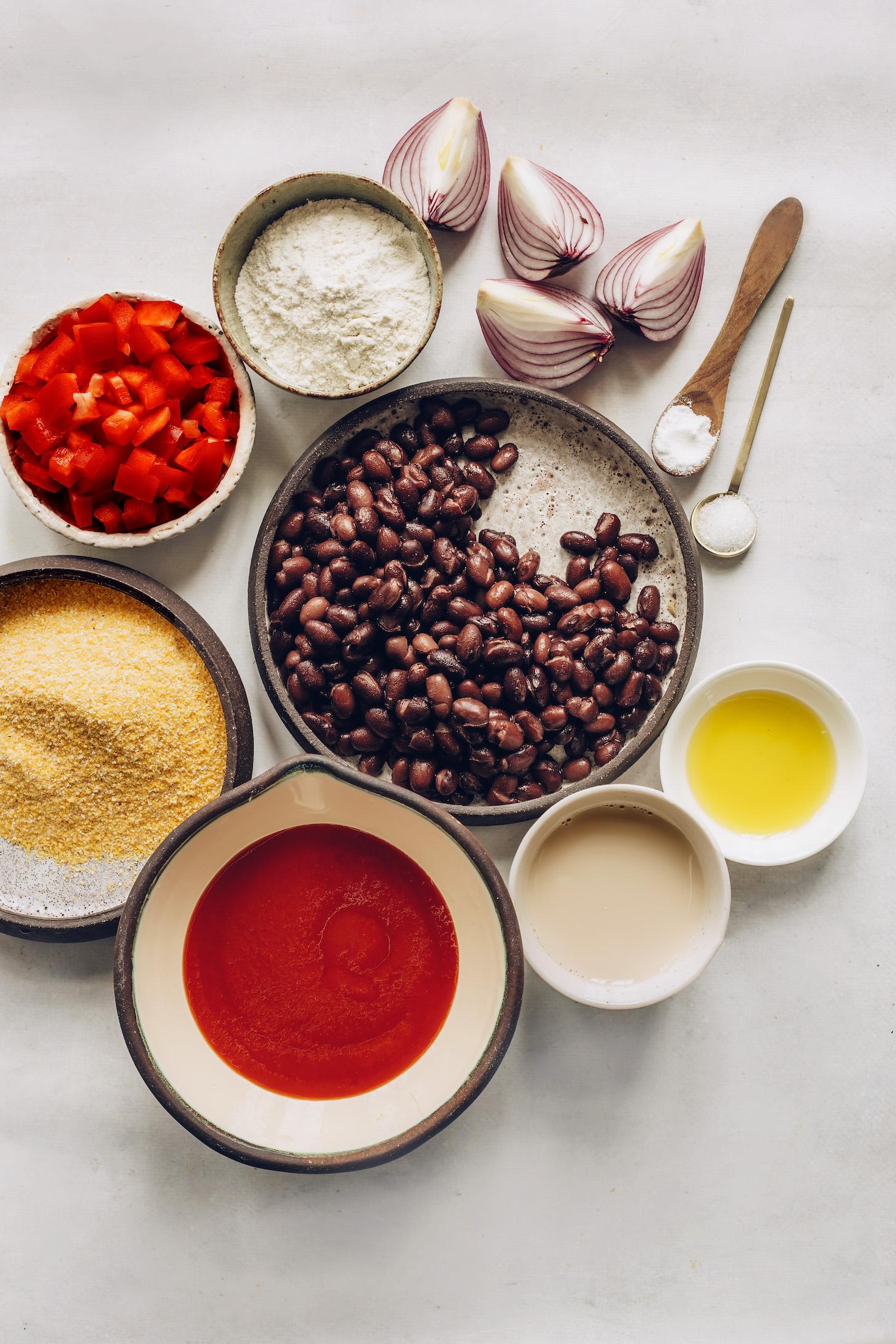 Cebolla roja, harina, pimiento morrón, frijoles negros, harina de maíz, salsa para enchiladas, leche sin lácteos y aceite de aguacate