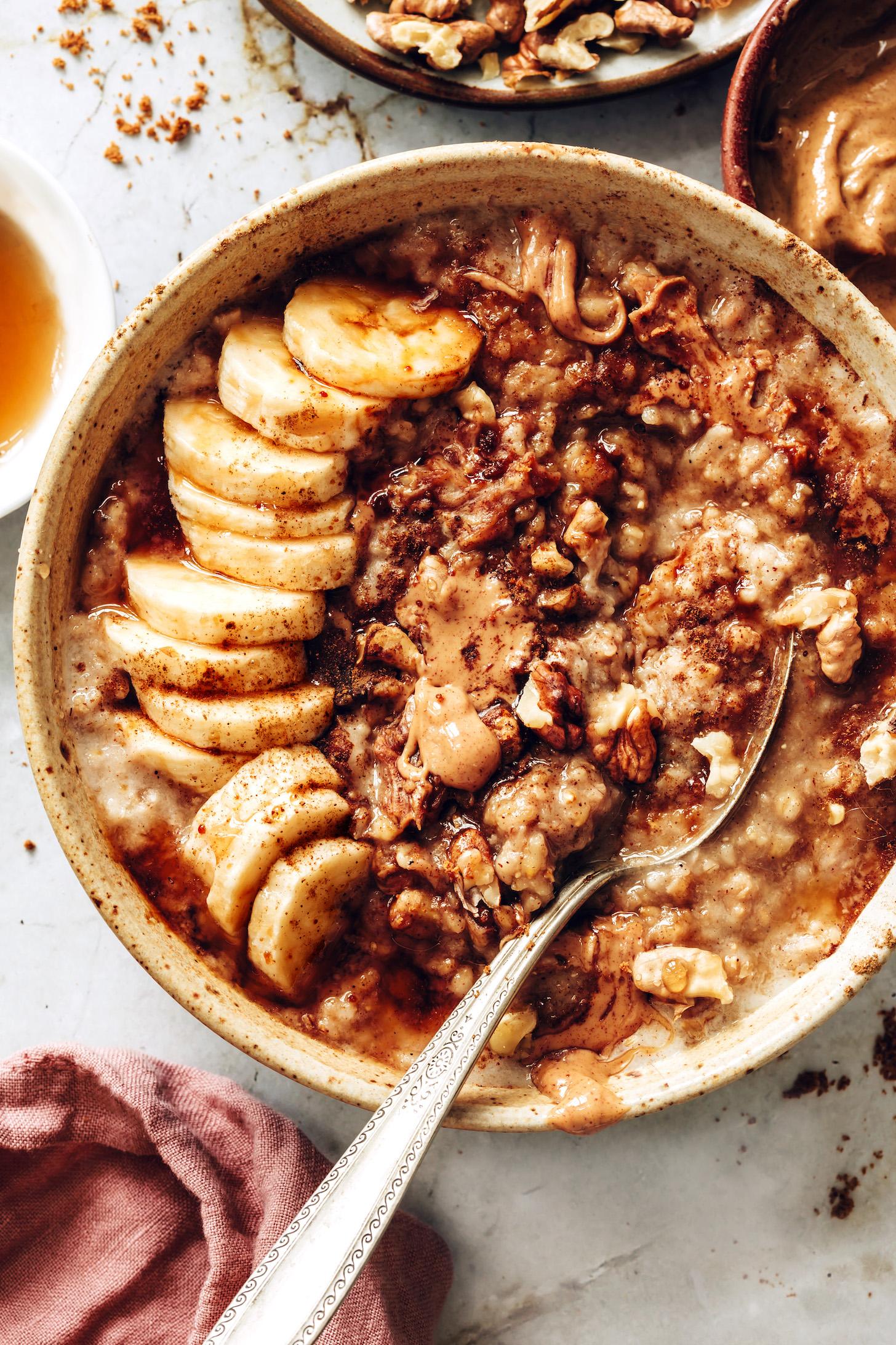 Чаша уютного бананового хлеба из овсяных хлопьев с грецкими орехами