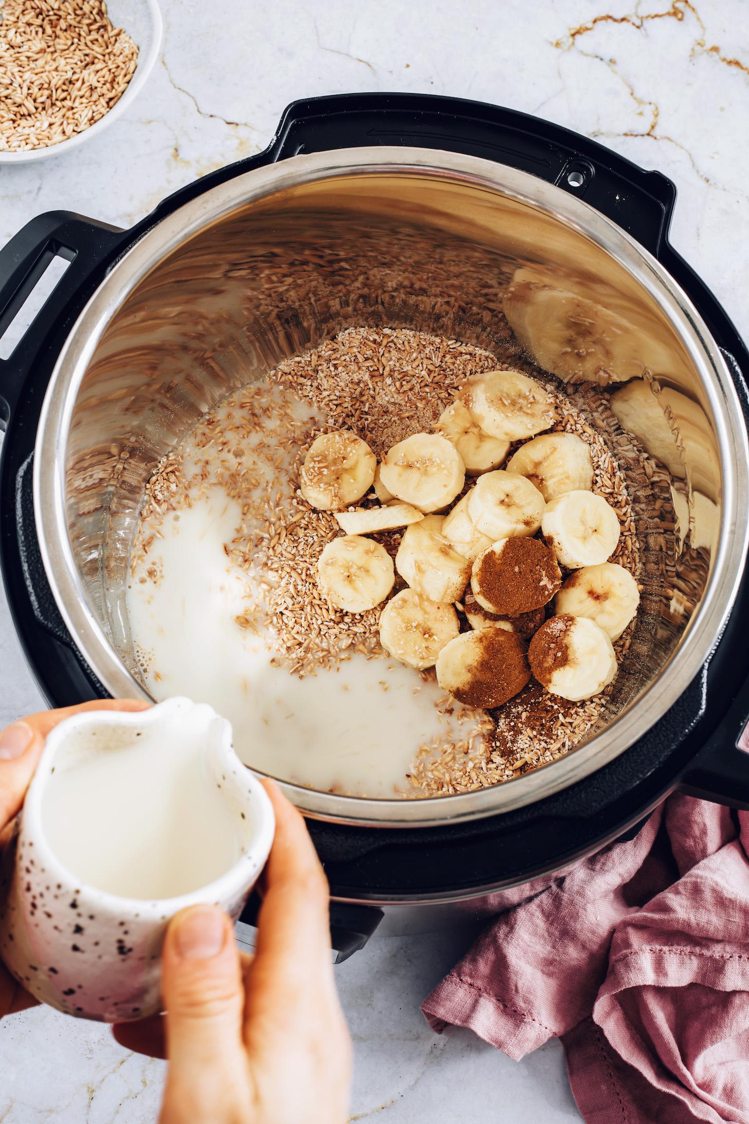Поливание безмолочного молока овсяных хлопьев, бананов и корицы