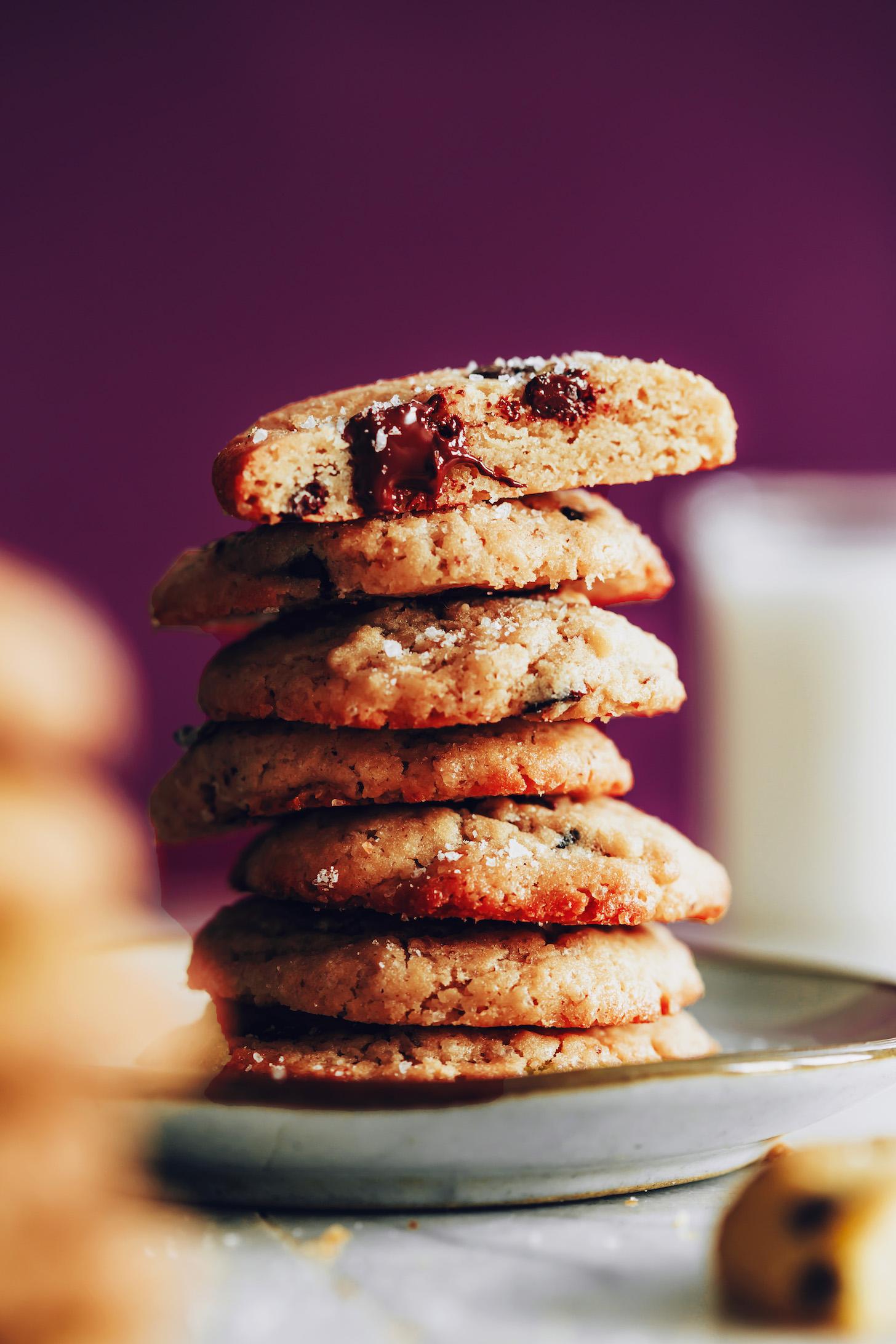 Pilha alta de biscoitos de chocolate veganos