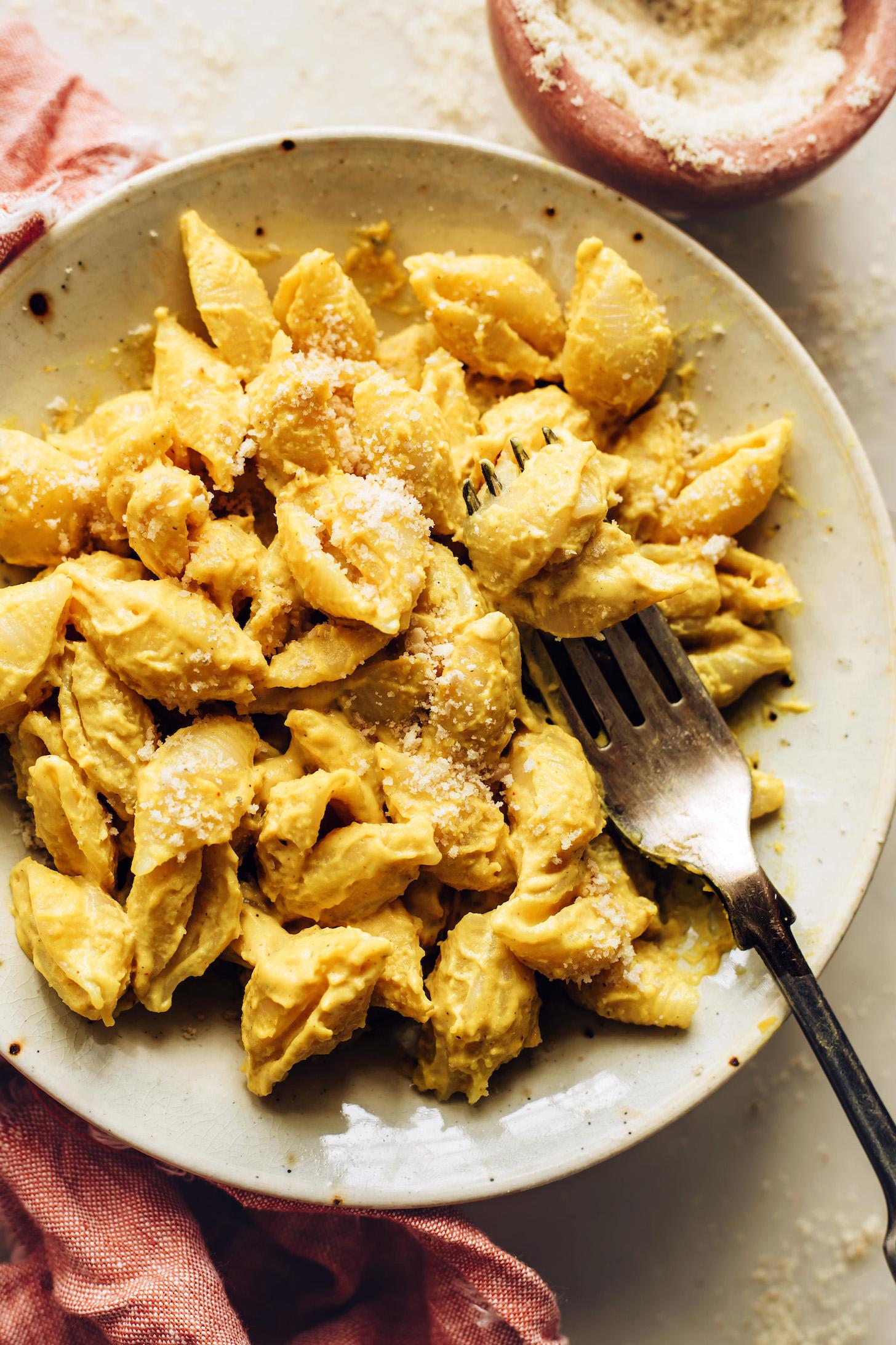 Fourchette dans un bol de macaroni au fromage végétalien sans gluten