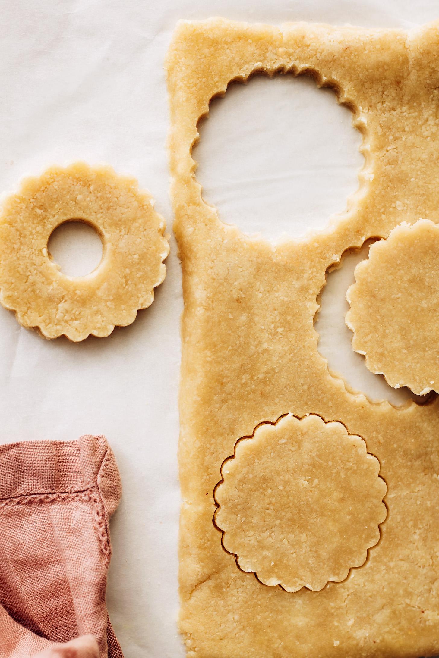 Pâte à biscuits roulée coupée avec un emporte-pièce