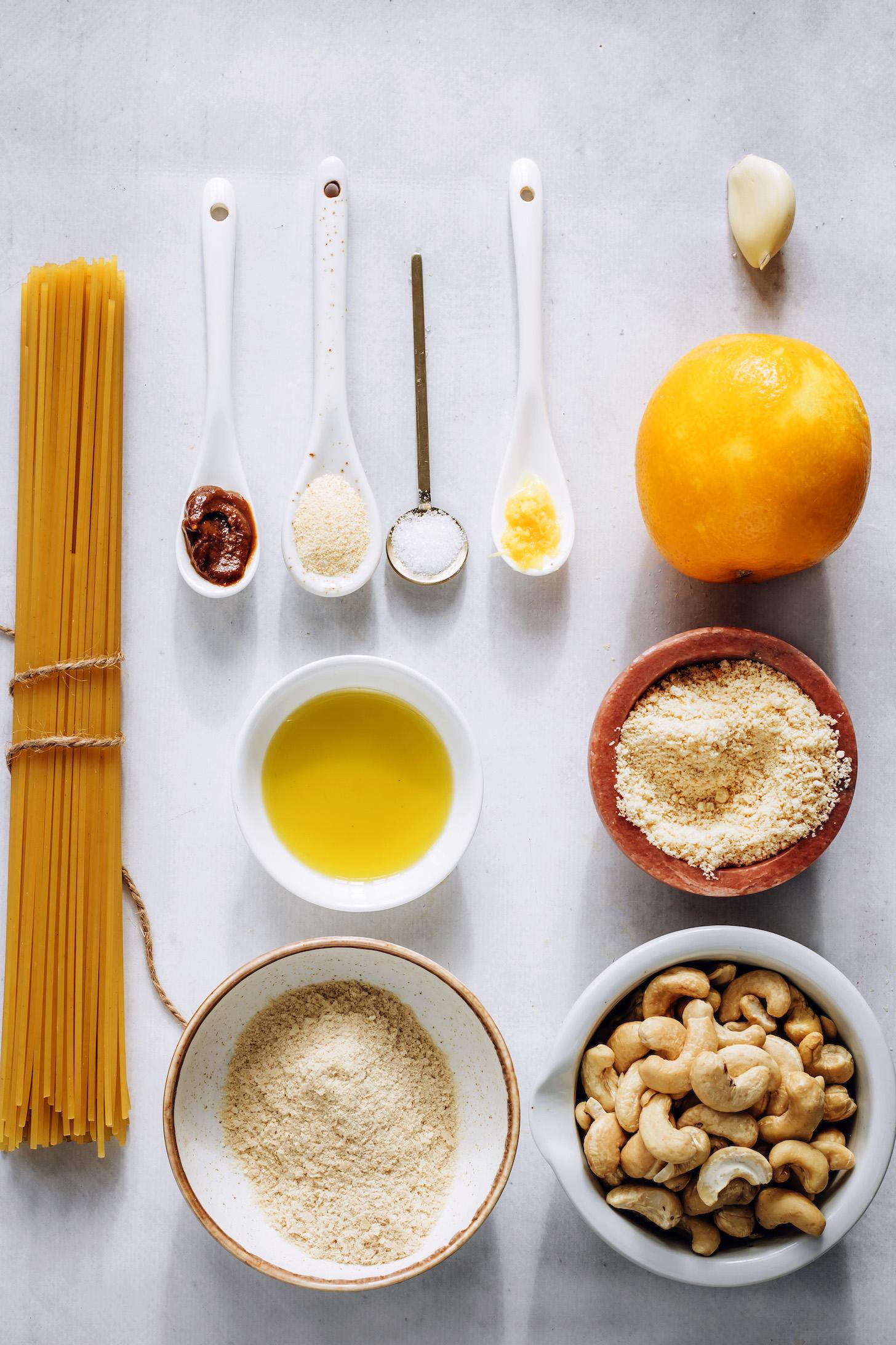 Fideos de espagueti, miso, levadura nutricional, sal marina, limón, ajo, parmesano vegano, anacardos y aceite de oliva